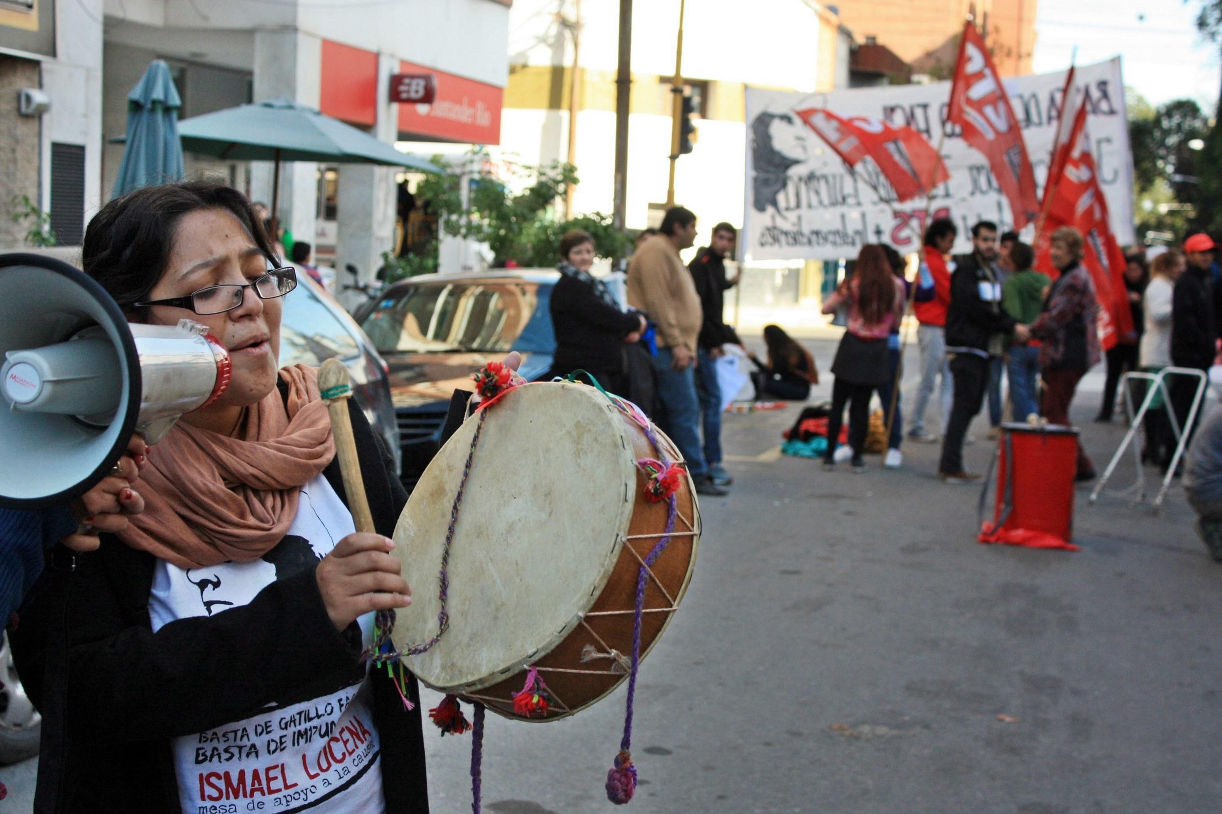 Mientras el tribunal deliberaba en la calle se hicieron intervenciones culturales para acompañar a las familias.