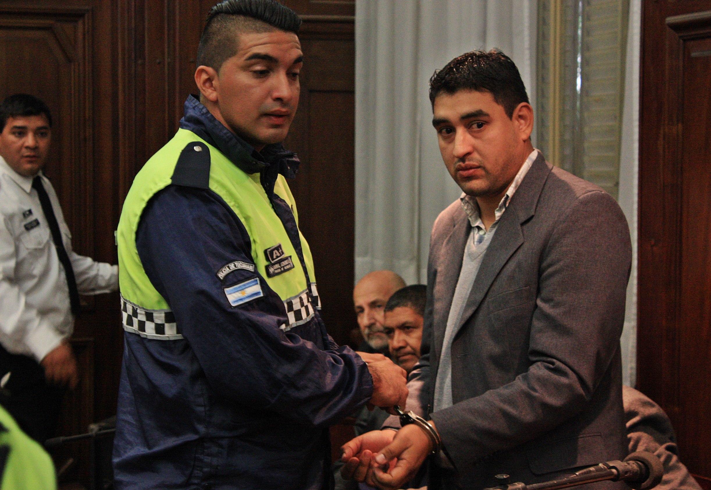 Antonio Monserrat es esposado para ser llevado al penal de Villa Urquiza luego de la sentencia.