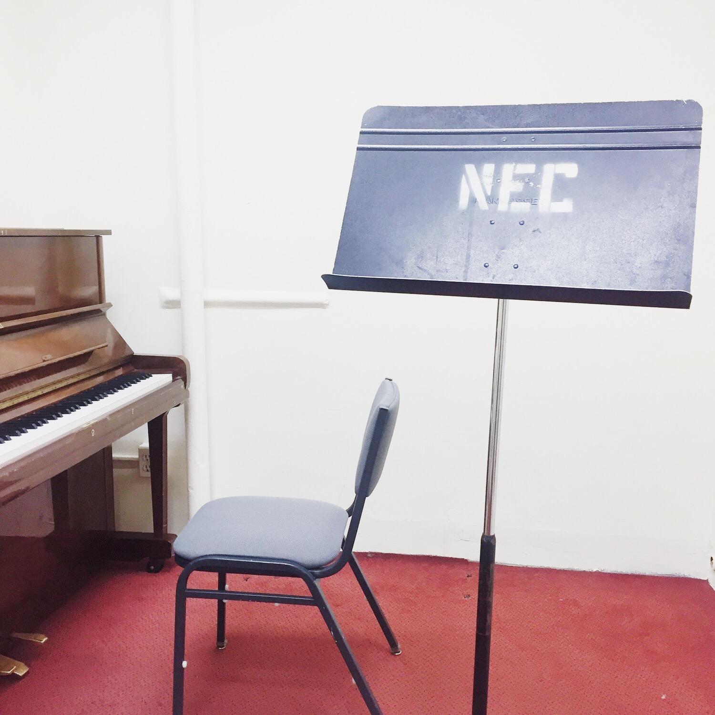 不容易搶到的學校琴房