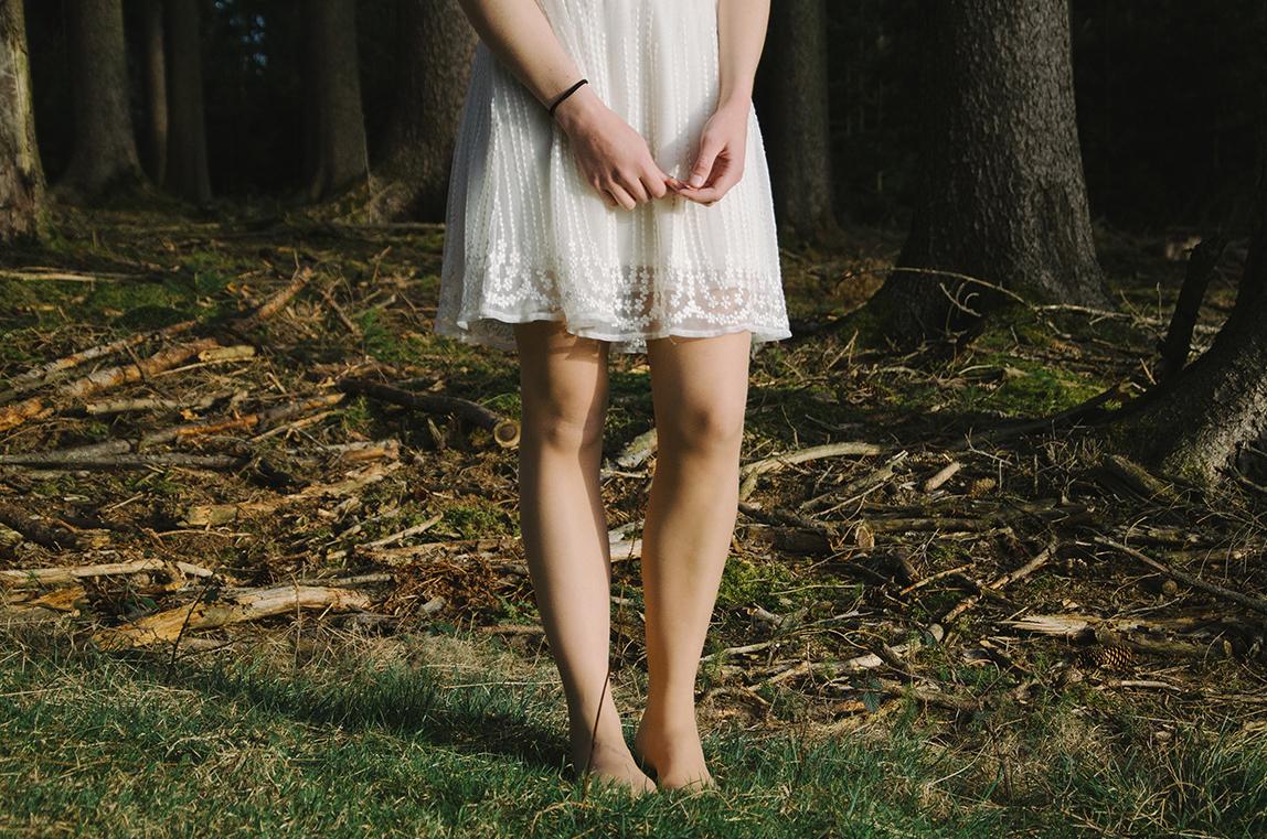 pesa mais que um hemisfério  é usar o teu vestido  te trazer pra perto   bordar as tuas iniciais  no cais dos meus braços