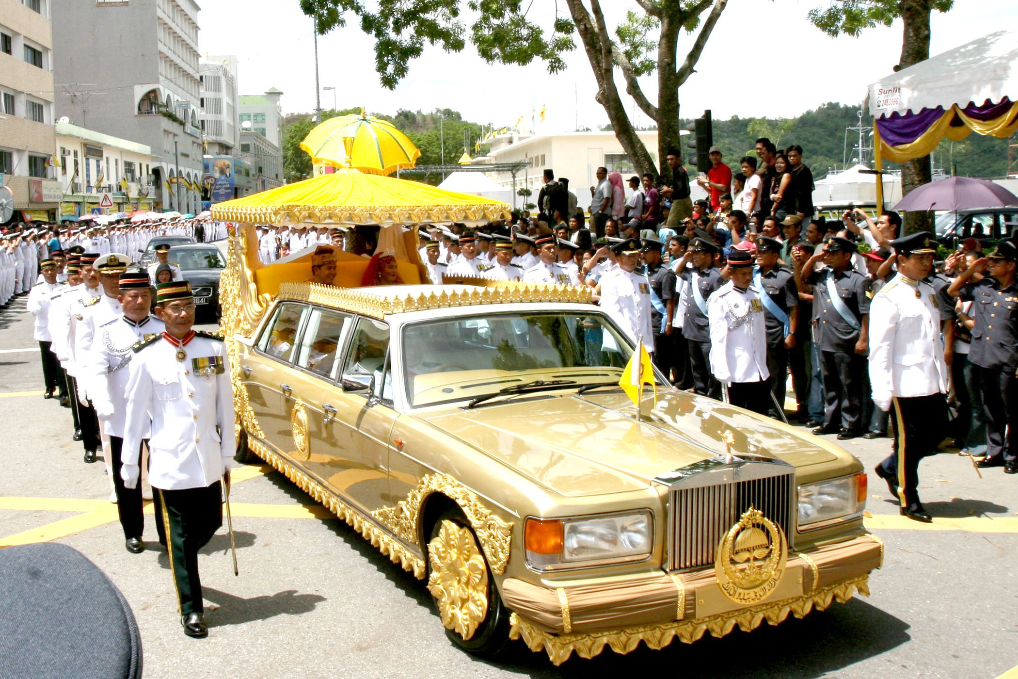 Photo of the Sultan of Brunei's gold-plated Rolls Royce. Image courtesy of Royalista(dot)com.