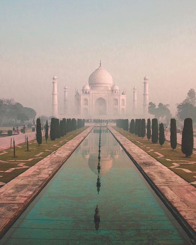 One love story was just the beginning 💫 🧞‍♂️ . . . . #tajmahal #india #love #sunrise #dream #onelove #shotoflove #cannon #travel #wonderlust #beauty #7wonders #naturaltravel #photography #lialarrea #sundaybest #believe #lovelife #instapic