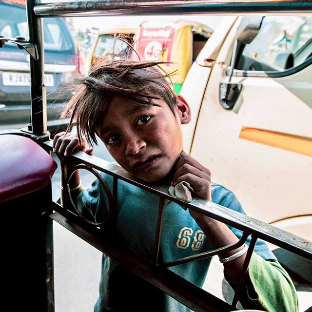 I see you . . . #India #childrenofinstagram #childrenofindia #betterworld #gratitude #love #givelove #photography #cannon #travel #worldtravel #lialarrea #LL #endpoverty #povertymacros #children #childrenonstreetsofindia #childrenonstreets #tuktuk