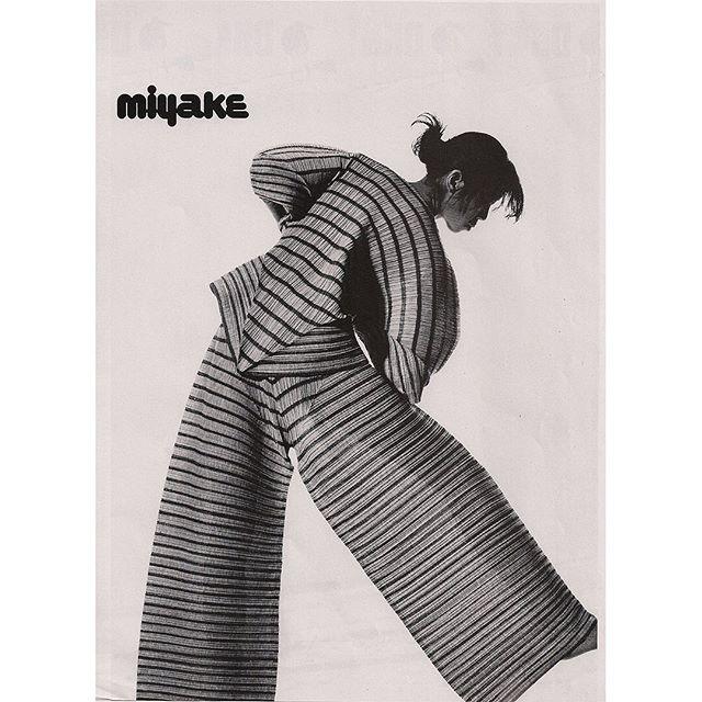 Issey Miyake, 1989 📷 Irving Penn  #IsseyMiyake #80sfashion #fashionad #japanesefashion #irvingpenn #artdirection #typeography #pleatsplease