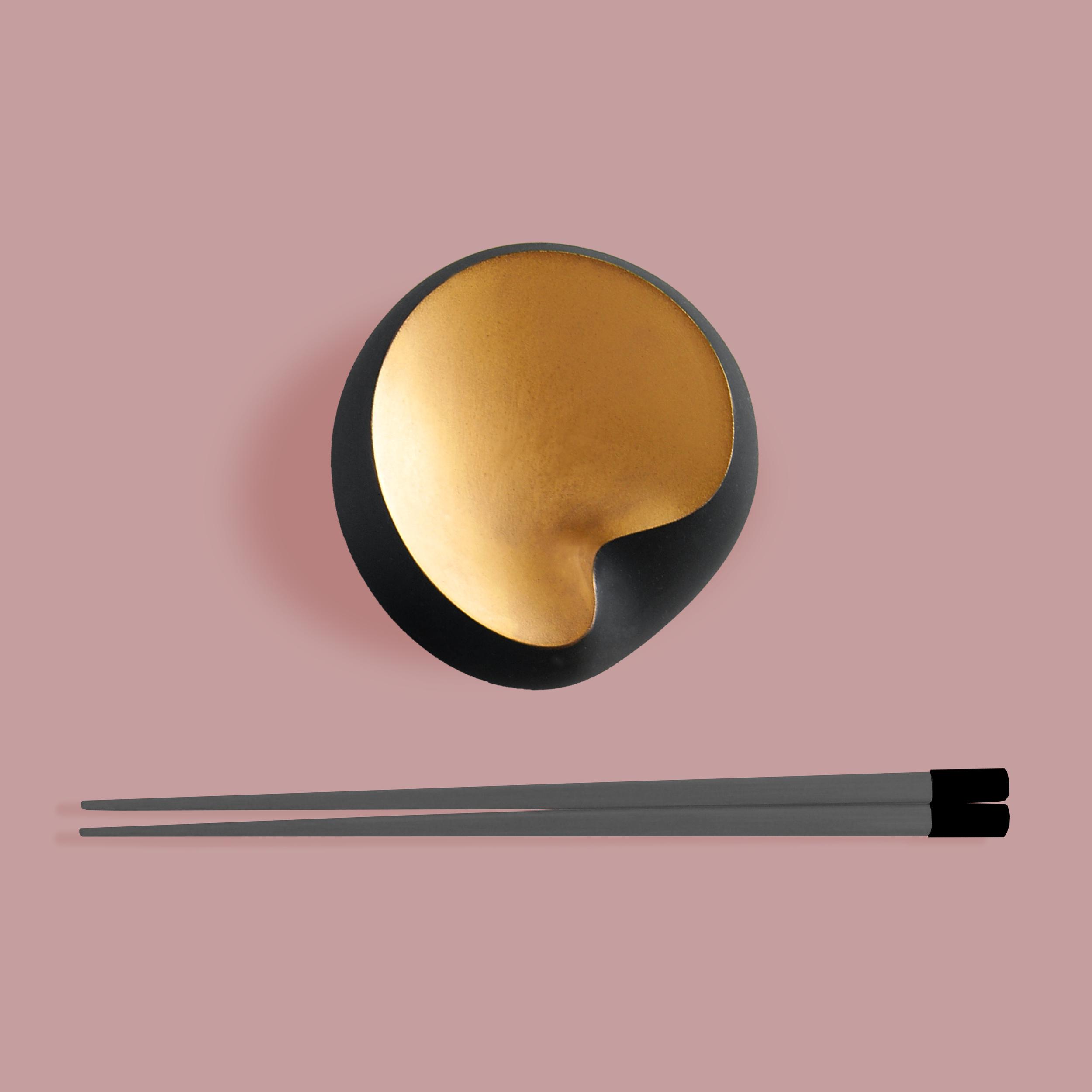 Iiro A. Ahokas: Dynasty, bowl in black china and gold enamel, 2015. Photo: Iiro A. Ahokas.