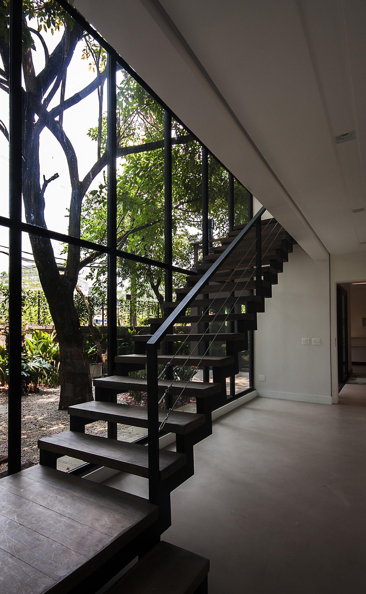 escada_casa_vidro_alice_martins_flávio_butti.jpg