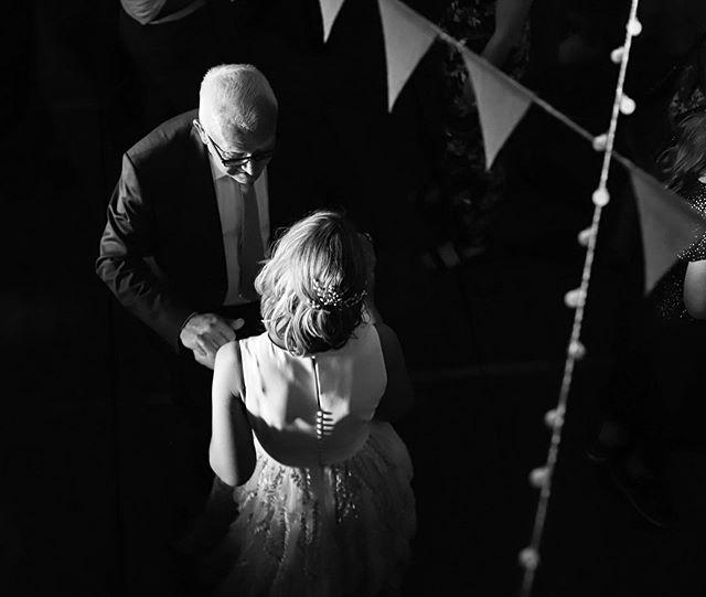 Vier jaar geleden had dit mooie bruidspaar mij ingehuurd als cadeautje voor het broertje van de bruid. Vier jaar later krijg je een mailtje of je alsjeblieft ook hun feest vast wilt leggen! Hoe tof is dat! #wedding #weddingparty #blackandwhite #weddingphotography #lights #bride #evening