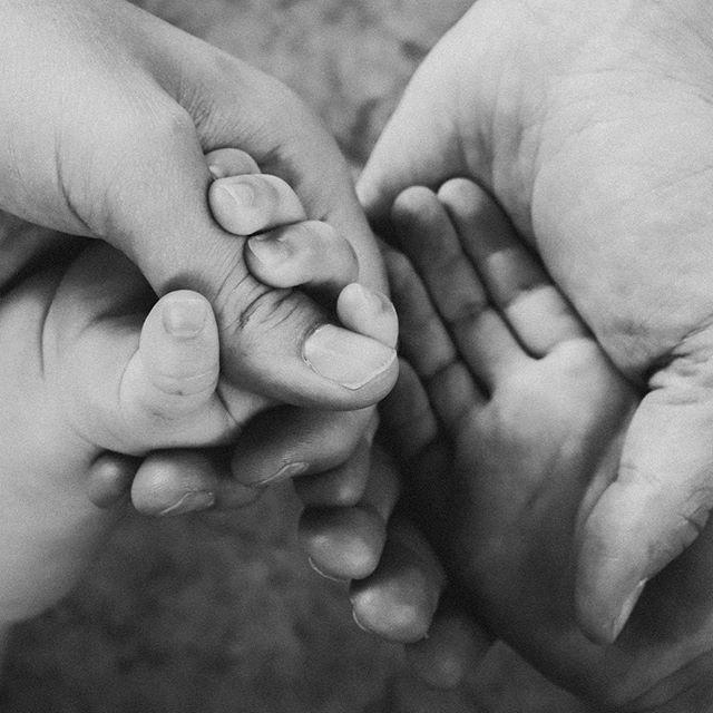 Dit lieve stel had de speciale wens om de handen te fotograferen van alle gezinsleden samen. Ze hadden een wat abstracter beeld voor ogen wat in teken stond van de verbondenheid samen en hoefden niet perse hun eigen hoofden op de muur. Prachtig idee! Wat vinden jullie? #blackandwhite #hands #together #family #blackandwhitephotography #handen #verbondenheid #intiem #familyshoot