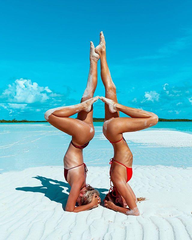 Reach for the sky 💦 Morning yoga with @sjanaelise 💙