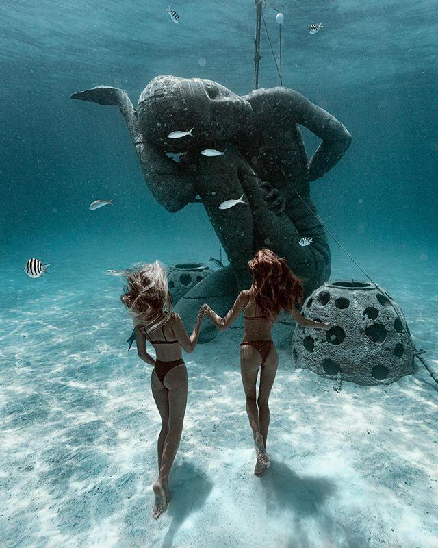 Come @sjanaelise Let me show you my world... 💦 📸 @elenakalis . . . #nassau #nassaudiving #oceanatlas #underwaterphotography #underwater #photography #travel #travelphotography #bahamas #sheisnotlost #speechlessplaces #girlsborntotravel #passionpassport #tlpicks #dametraveler #shetravels #meettheworld #darlingescapes