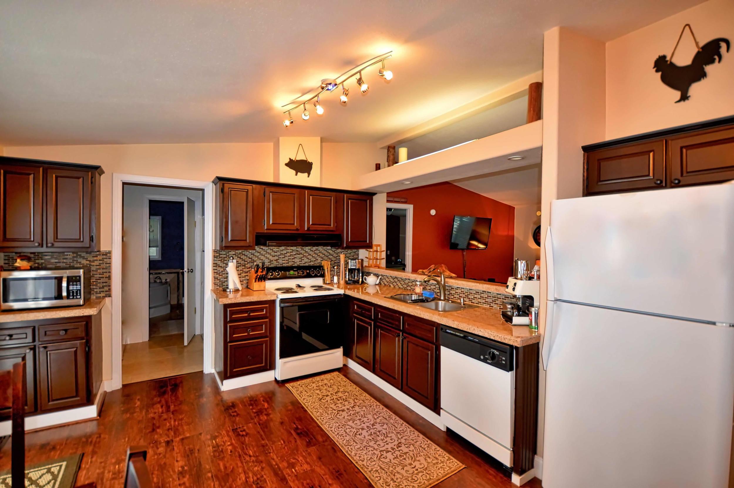 The kitchen features full sized appliances, quality cookware & knife set, coffee pot and Starbucks Barista Espresso machine.