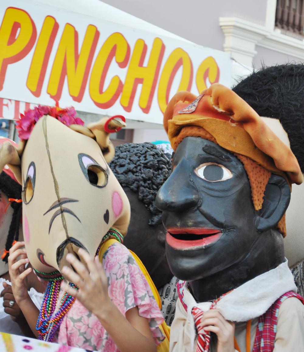 Diplo, actor y cómico puertorriqueño, acompañado por la Puerca de Juan Bobo. Foto: Pamy Rojas