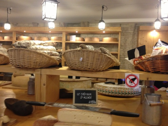La Cave Affinage de Riquewihr sirve como espacio para refinar y curar quesos y embutidos artesanales durante el tiempo que necesitan para llegar al sabor buscado. Foto por Bruny Nieves
