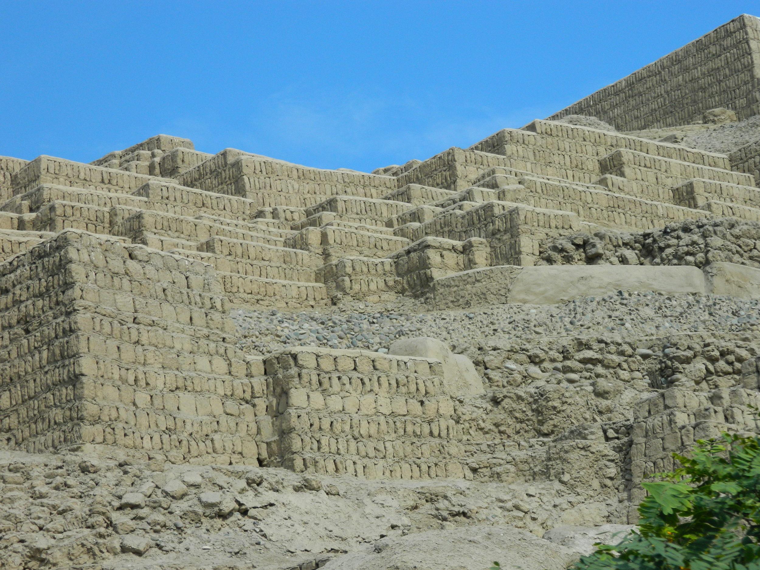 Las pirámides son sólidas, truncas y escalonadas. Foto: Javier Vélez