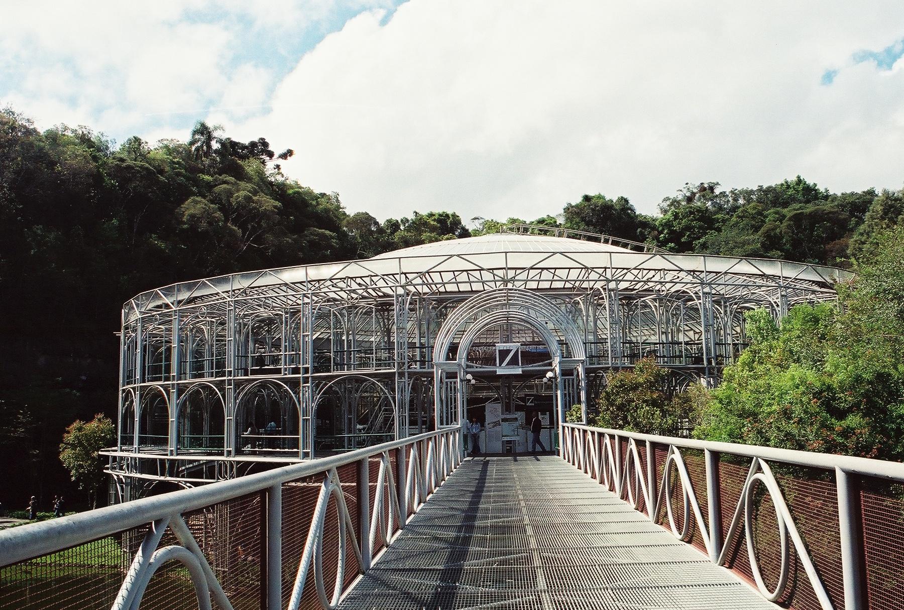 La Ópera de Alambre está ubicada en medio de una cantera desactivada. Construida en una estructura metálica tubular y techo transparente, esta edificación esta rodeada de abundante vegetación y hermosos jardines.Foto:Pamy Rojas