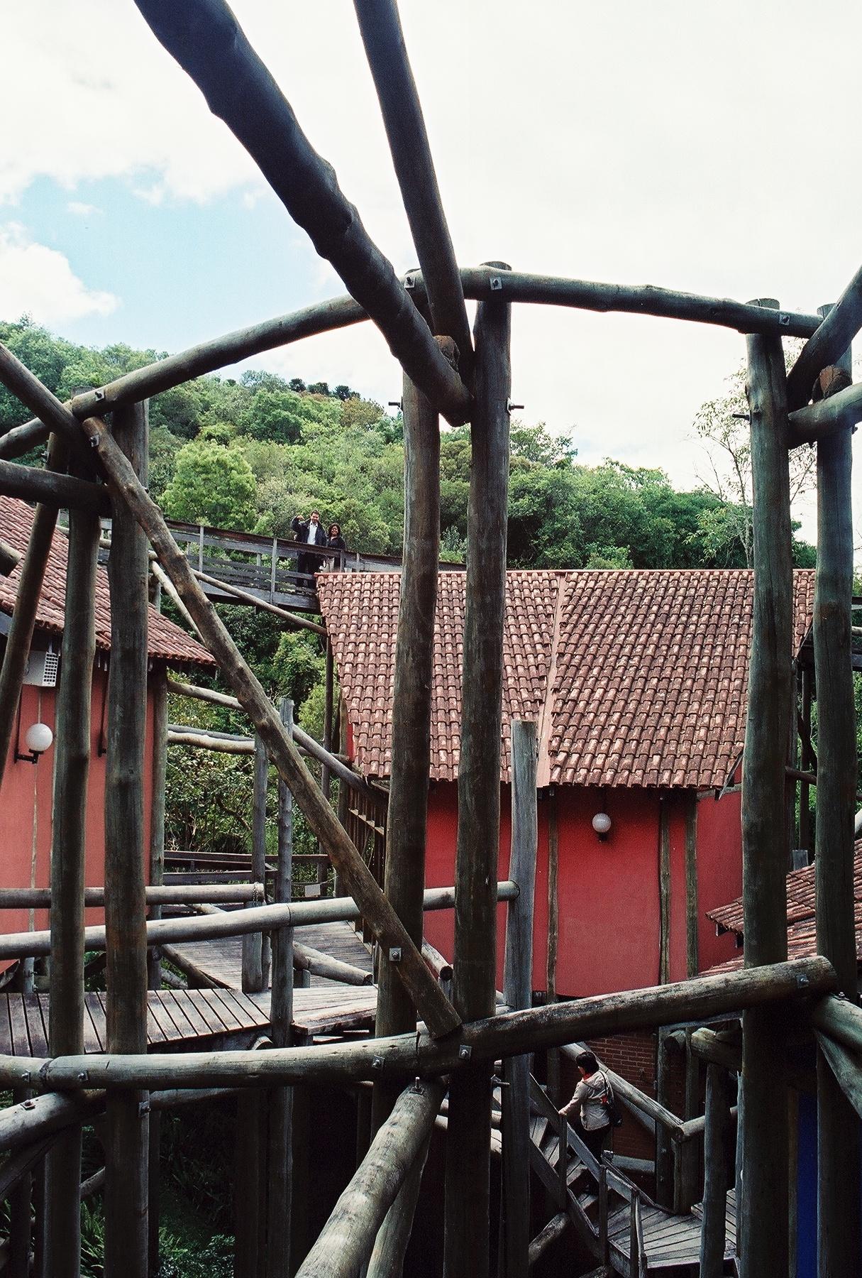 La Universidad delMedio Ambienteestálocalizada en medio del bosque Zainelli. Su construcción con viejos troncos de eucalipto es un ejemplo de reuso yreciclaje. Foto:Pamy Rojas
