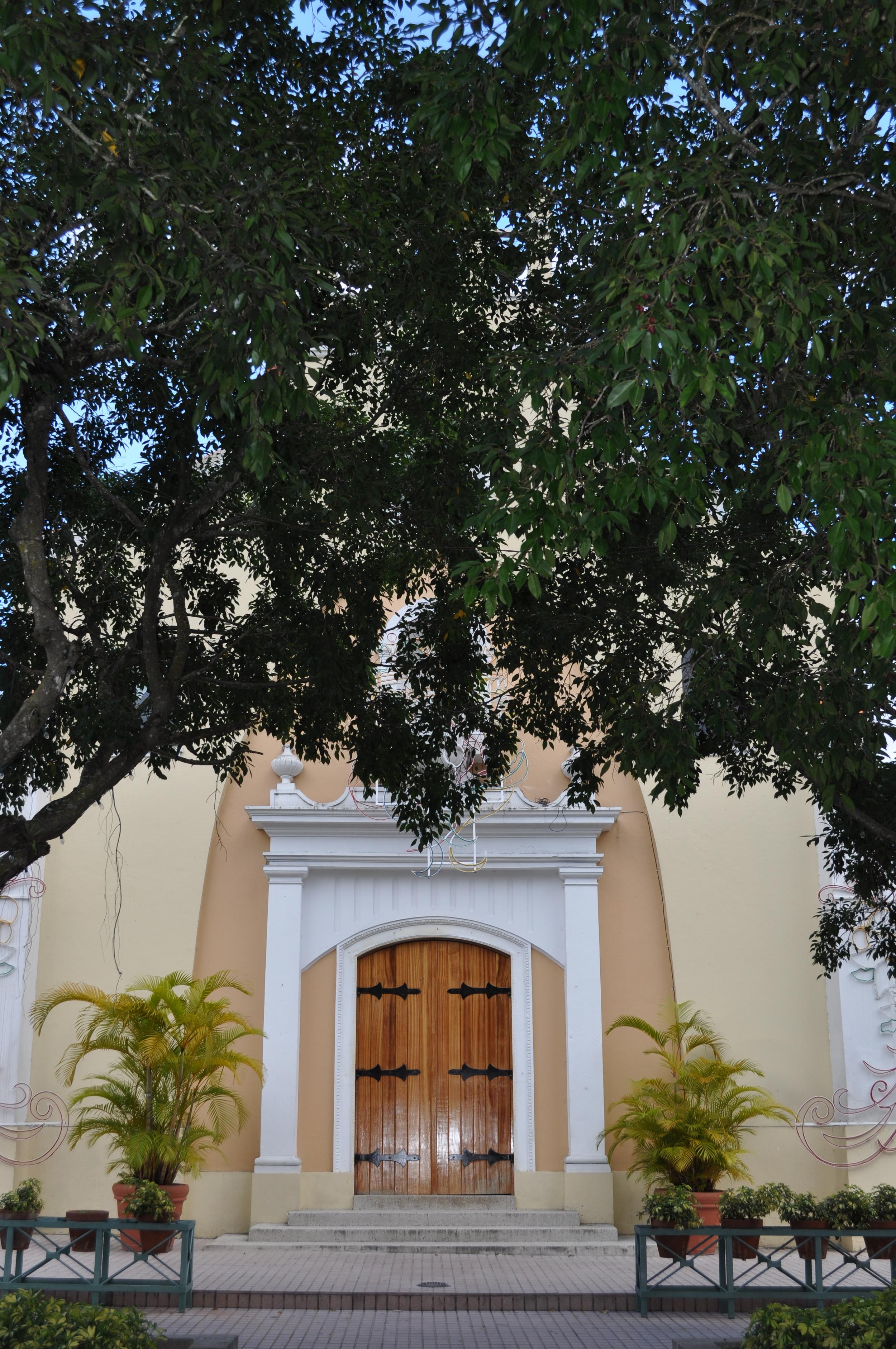 La iglesia de Jayuya, como en la mayoría de los pueblos de la isla, está ubicada frente a la Plaza. Foto: Pamy Rojas