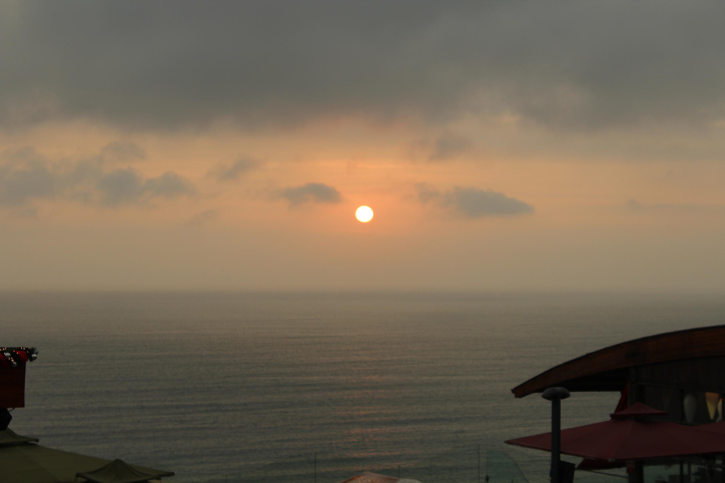 El Sol se escondía apocado ante el cielo gris. Foto: Pamy Rojas