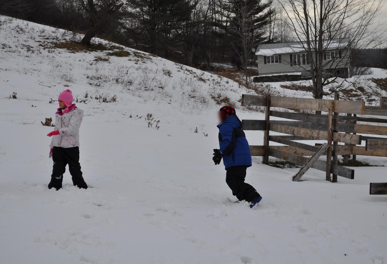 El frío no los detuvo para jugar largos ratos en la nieve. Foto: Pamy Rojas