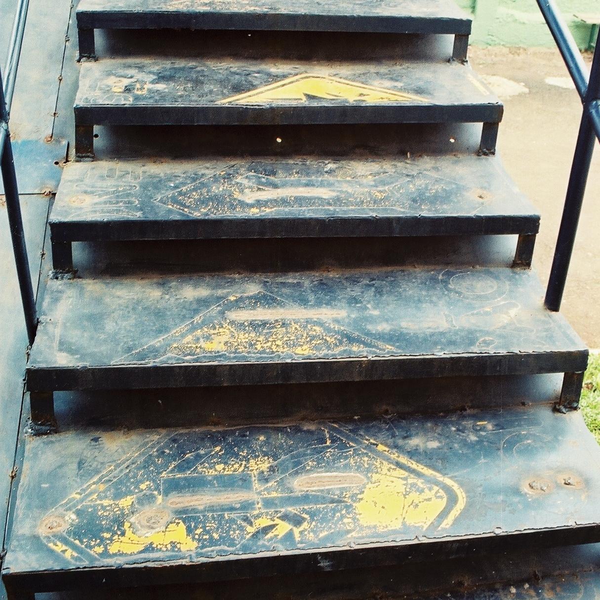 Lo que una vez sirvió como letrero ahora es parte de una escalera. Foto: Pamy Rojas