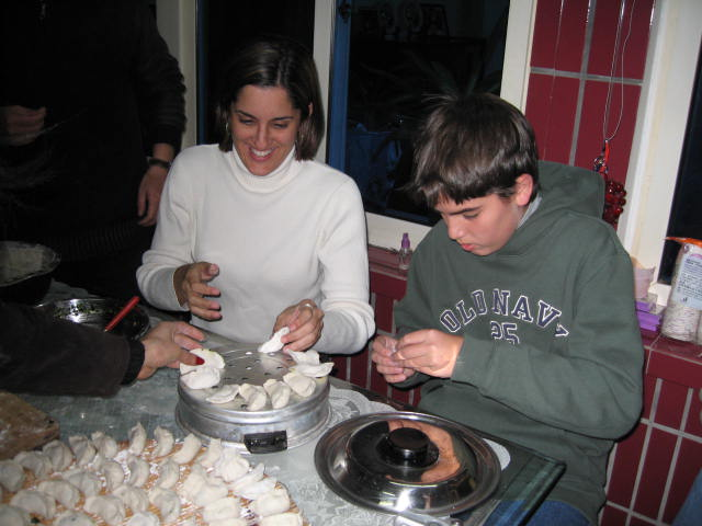 They thaught us how to make dumplings. Photo: Fernando J. Rojas