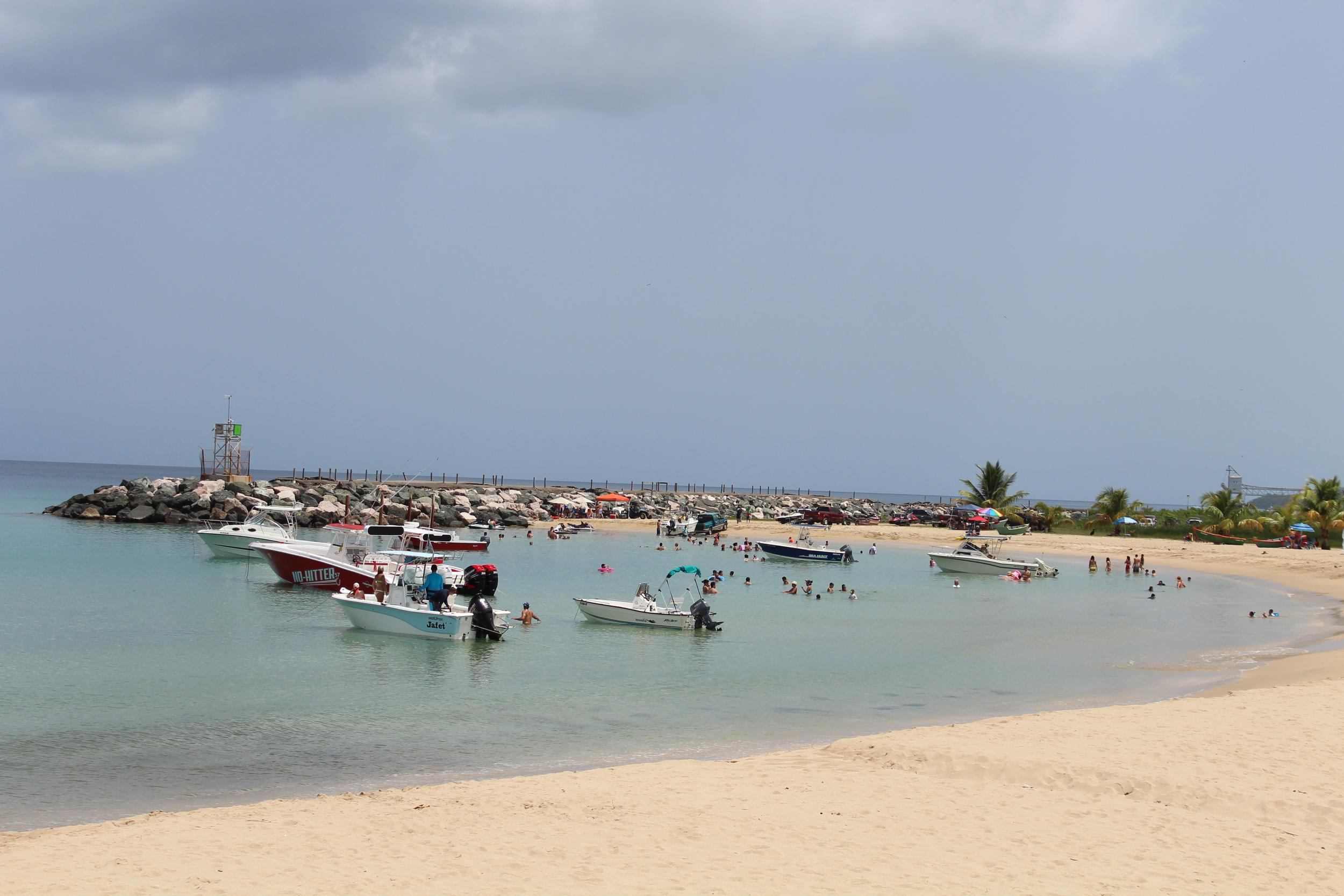 Seguimos por la calle 440 hasta llegar a la playa donde iban a hacer una marina. El agua igual de tranquila que en la playa de Colón.Foto: Alejandro Rodríguez Rojas