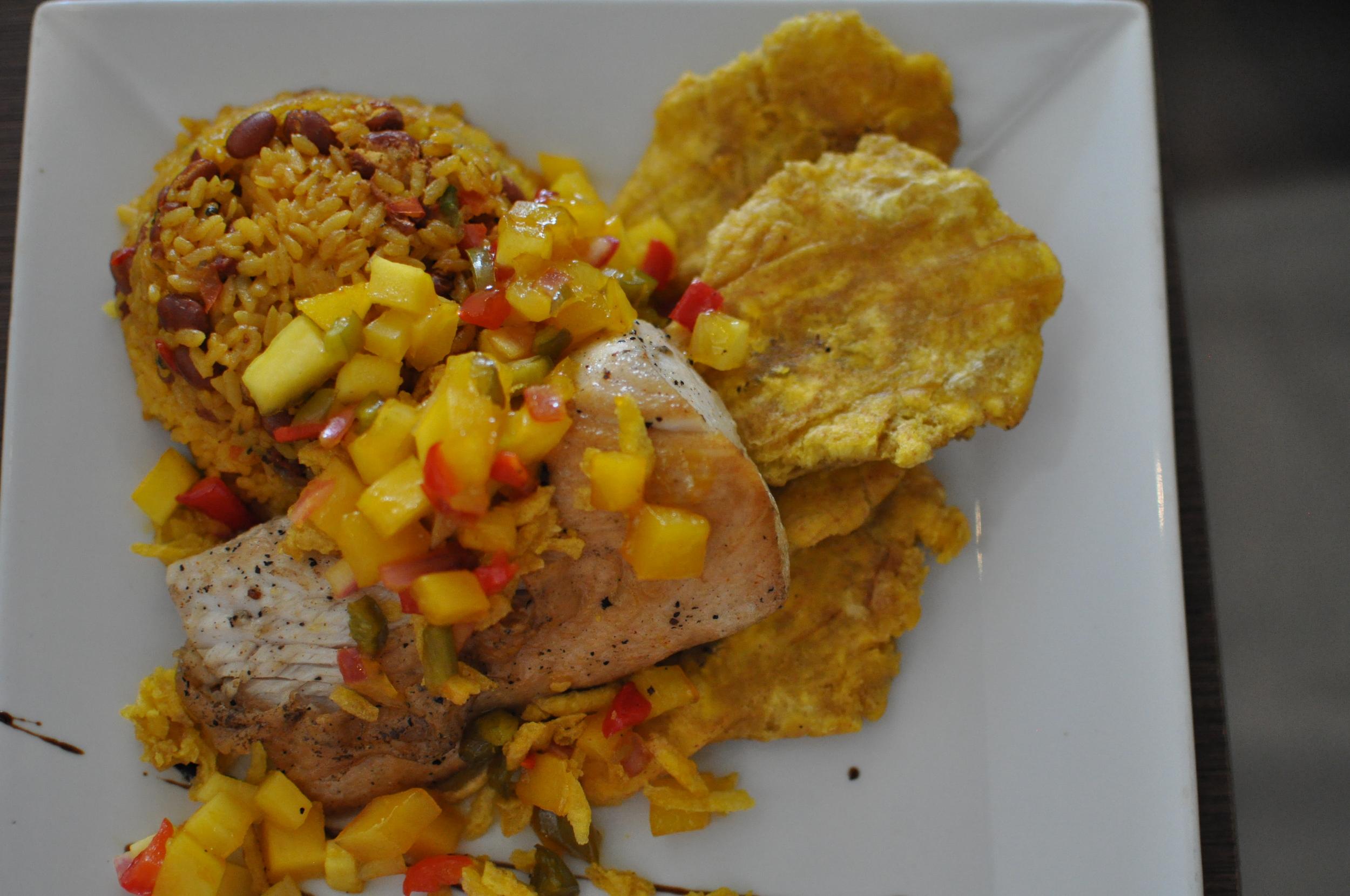 Almorzamos en el restaurante Desecheo, carretera 107 km. 2.9 en la avenida Pedro Albizu Campos. Probamos el mamposteao' confilete de dorado y tostones, también el mofongo relleno de churrasco; de postre, flan de queso. Luego,estábamos listos para una siesta. Foto: Pamy Rojas