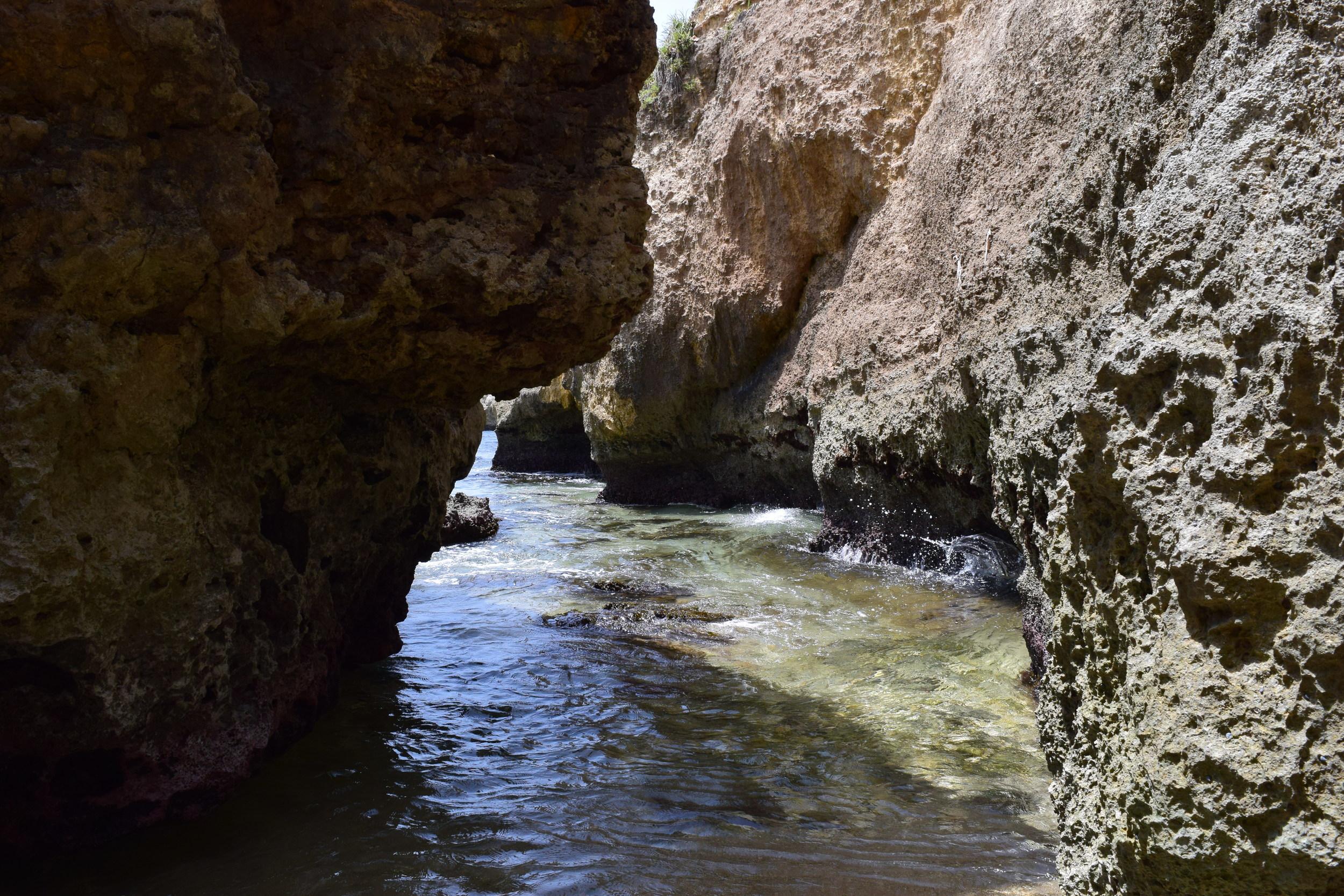 Llegamos hasta Punta Borinquenpara ver el paisaje de la playa de surfingWilderness. Por sus corrientes extremas y gran oleaje no es recomendable nadar, sin embargo, siempre hay algunos que se atreven. En verano el agua es más tranquila y se pueden encontrar, entre las rocas, espacios más apacibles. Foto: Alejandro Rodríguez Rojas
