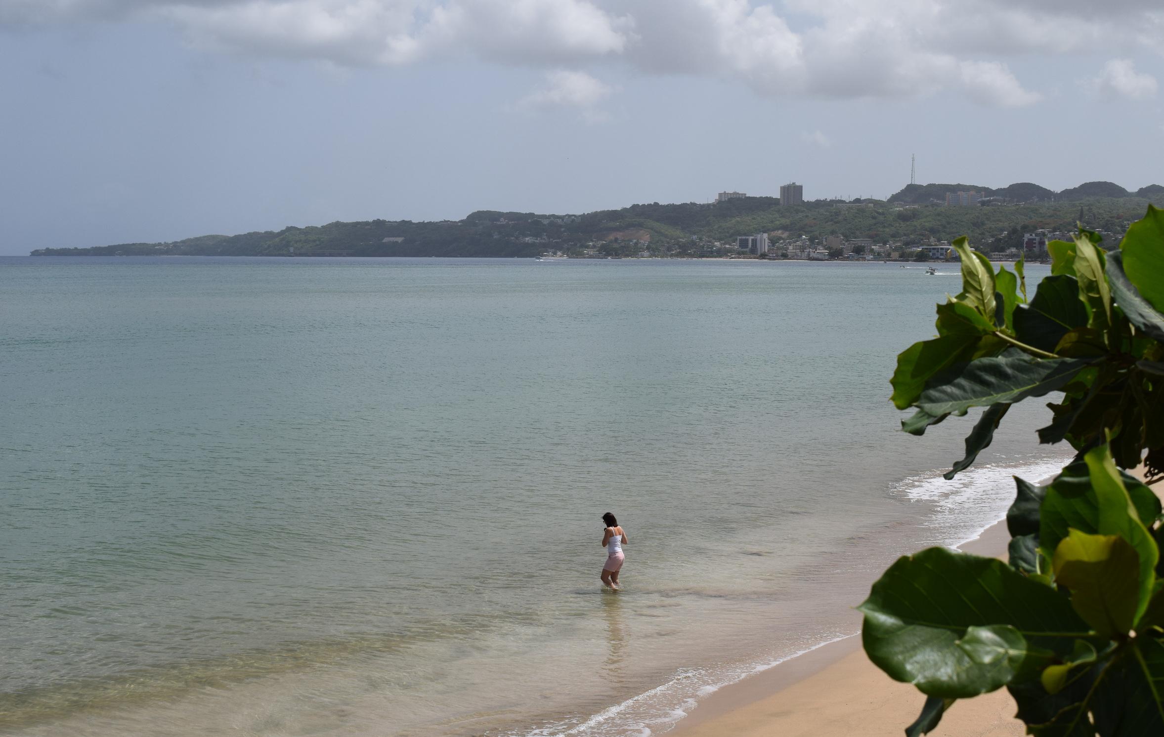 La primera playa... frente al Parque Colón. Llegamos por la carretera 4440 hasta el estacionamiento del parque. Un paseo tablado bordea la costa de esta playa sumamente tranquila y convenientemente solitaria. Foto: Alejandro Rodríguez Rojas
