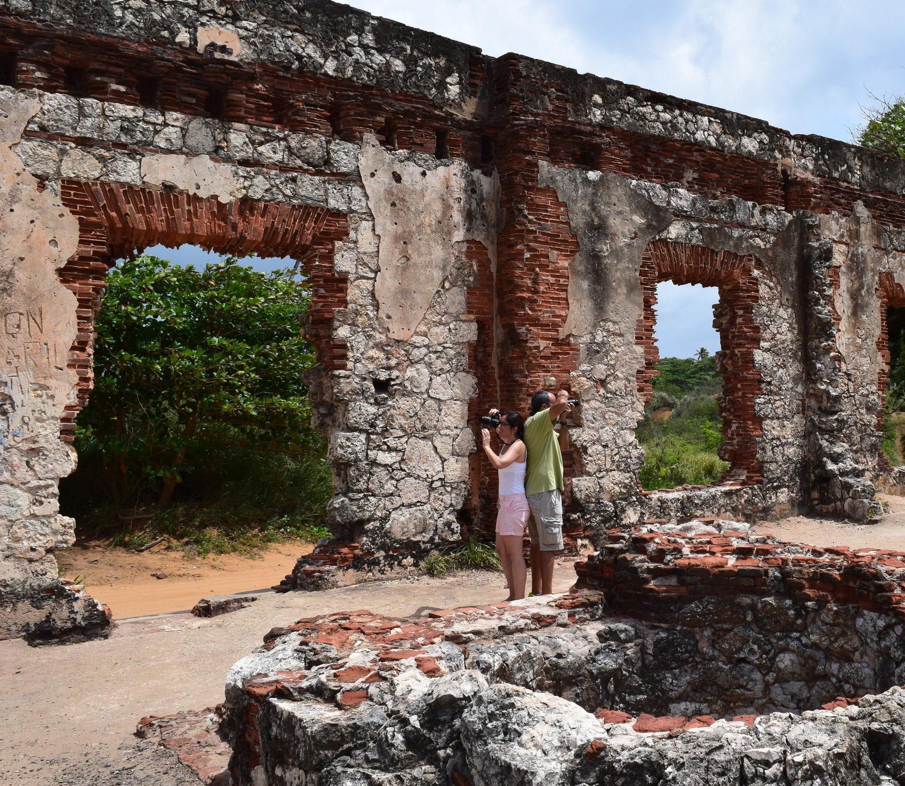 El camino de arena por la costa nos llevó hasta las ruinas del faro La Ponderosa. Esta edificación colonial fue inaugurada en 1889. Luego, destruida por el terremoto de San Fermín en 1918. Foto: Alejandro Rodríguez Rojas