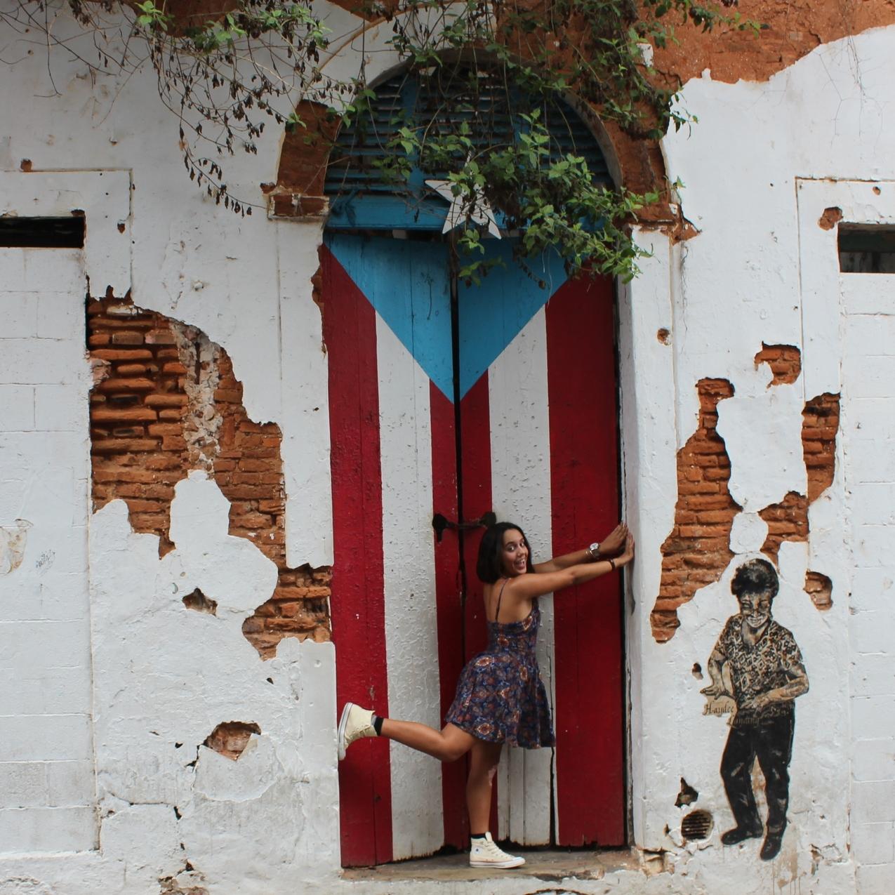 En la calle San José hay un edificio abandonado que lograron embellecer pintándole la bandera de Puerto Rico. Esta es una de las muchísimas puertas hermosas del Viejo San Juan. Foto: Alejandro Rodríguez Rojas