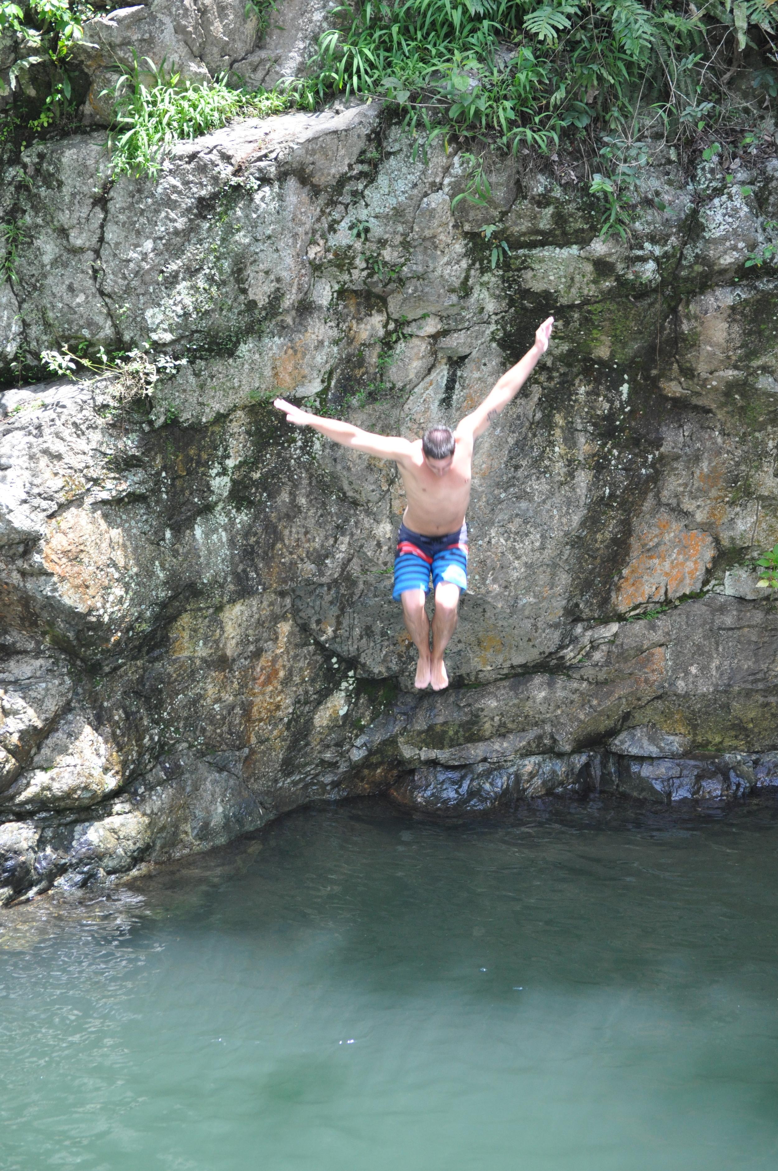 La charca El Ataúd,en  Adjuntas , tiene una cascada cristalina y bella. Además, desde una gigantesca piedra, de aproximadamente veinte pies de alto, se lanzan los más arriesgados. Foto: Pamy Rojas