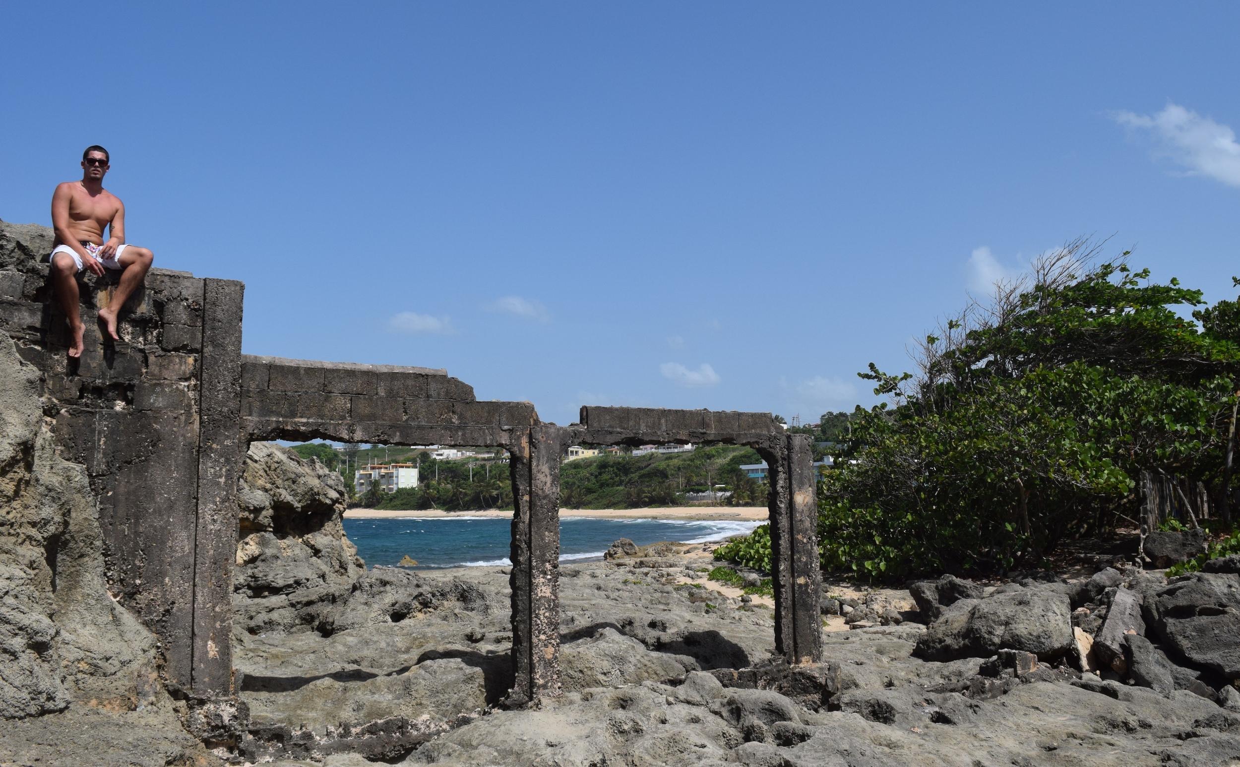 También caminamos por el peñón de la derecha hasta lo que en algún momento fue una edificación de cemento. Allí nos tomamos varias fotos con el mar como fondo. Foto: Yarielis Martínez