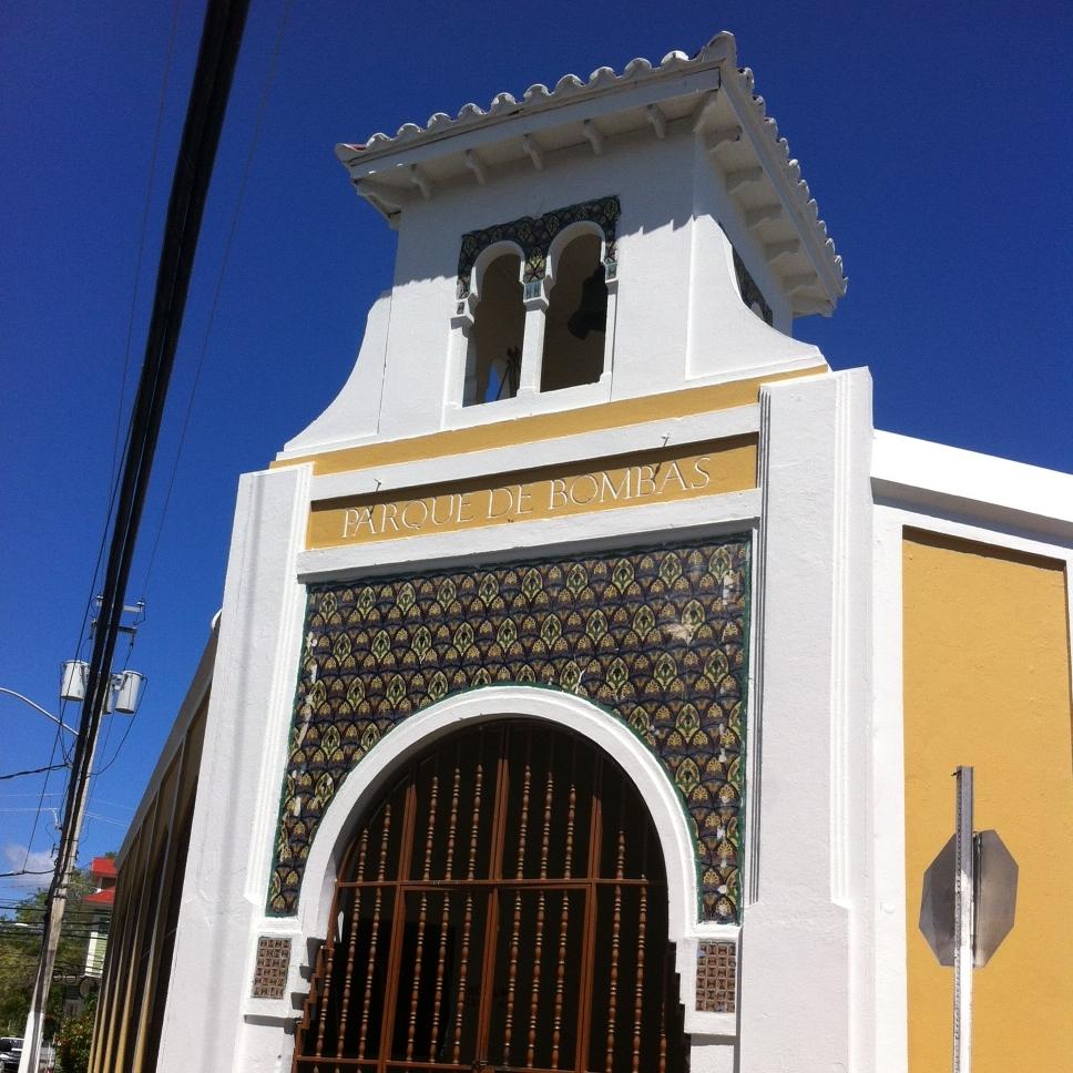 En nuestro segundo día en  Guayama  aprovechamos para recorrer el casco urbano y su historia. Camino a la Plaza de Recreo nos topamos de casualidad con la colorida estructura del Parque de Bombas. Foto: Bruny Nieves