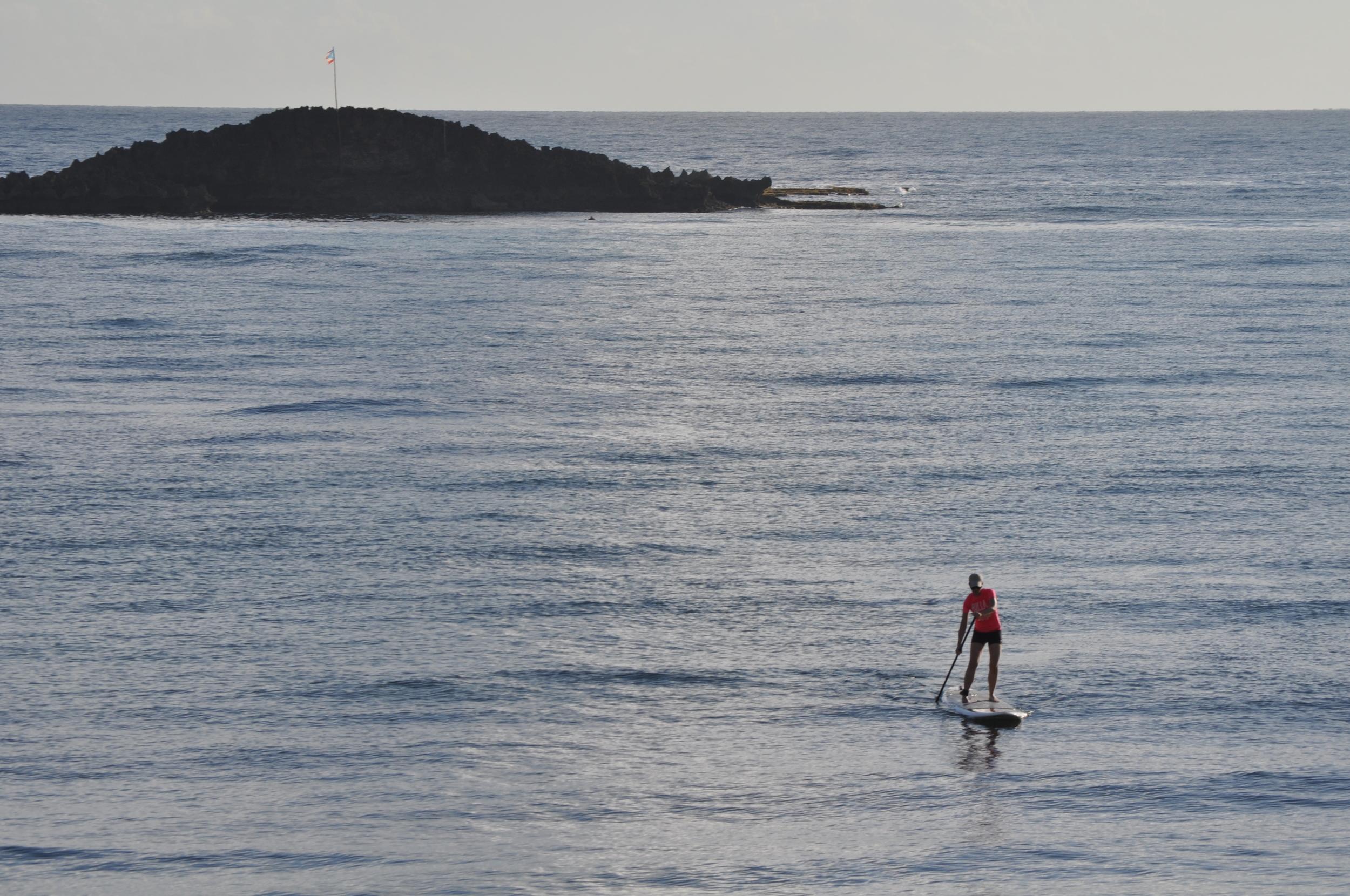 Durante casi todo el año, las mañanas son perfectas para hacer SUP en esta playa, casi bahía, en Puerto Nuevo. Desde la carretera #2 accedes la 686 para llegar hasta el balneario.Foto: Javier Vélez Arocho