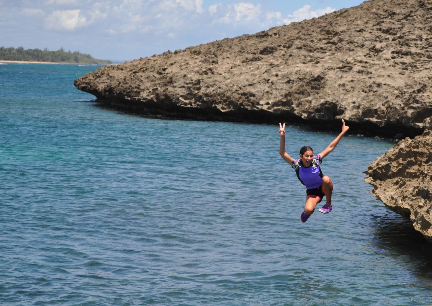 Desde el peñón, también en el balneario Puerto Nuevo, puedes tirarte. Siempre verificando primero la profundidad del agua y que no sea temporada de marejada; ya que en esta época no es recomendable subir a la piedra.Foto: Pamy Rojas