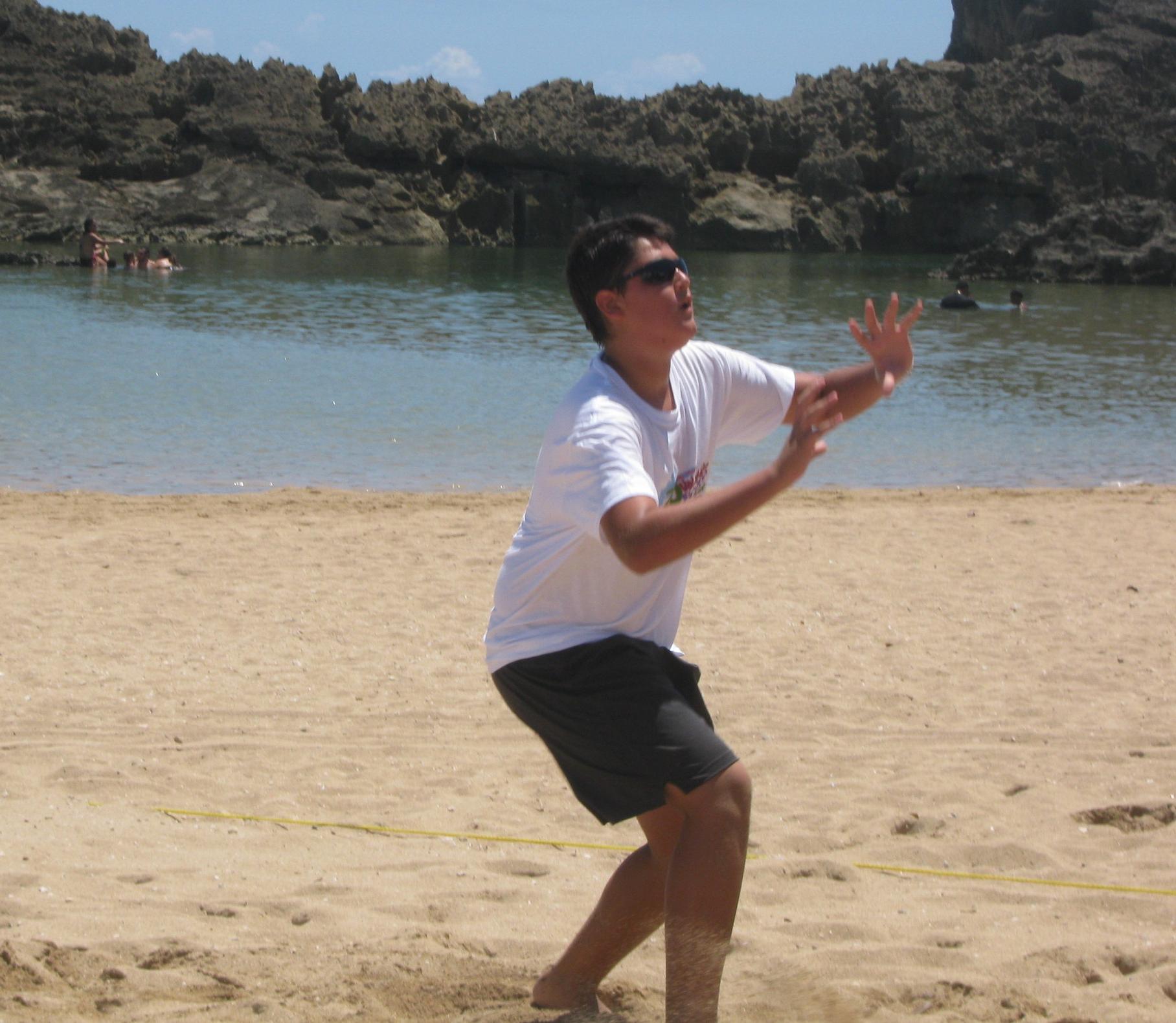 Justo frente al Mar Muerto hay un espacio para jugar voleibol playa. Después de quemar algunas calorías estamos seguros que vas a querer almorzar. Busca el próximo lugar...Foto: Pamy Rojas