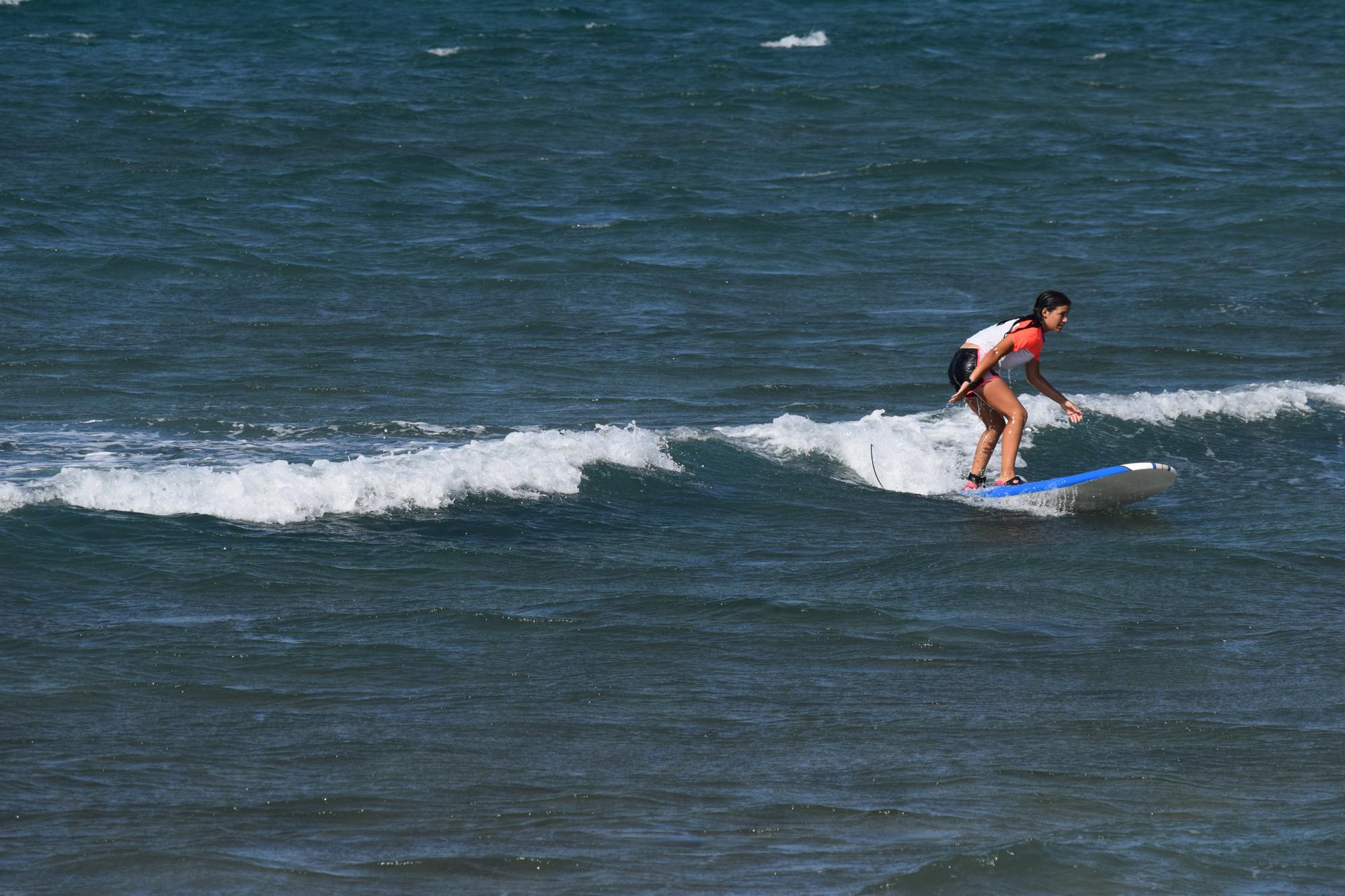 También en El Lido se puede aprender surfing. Es un lugar con suficientes olas para poder pararte en la tabla antes de pasar al próximo nivel. Foto: Fernando M. Rojas