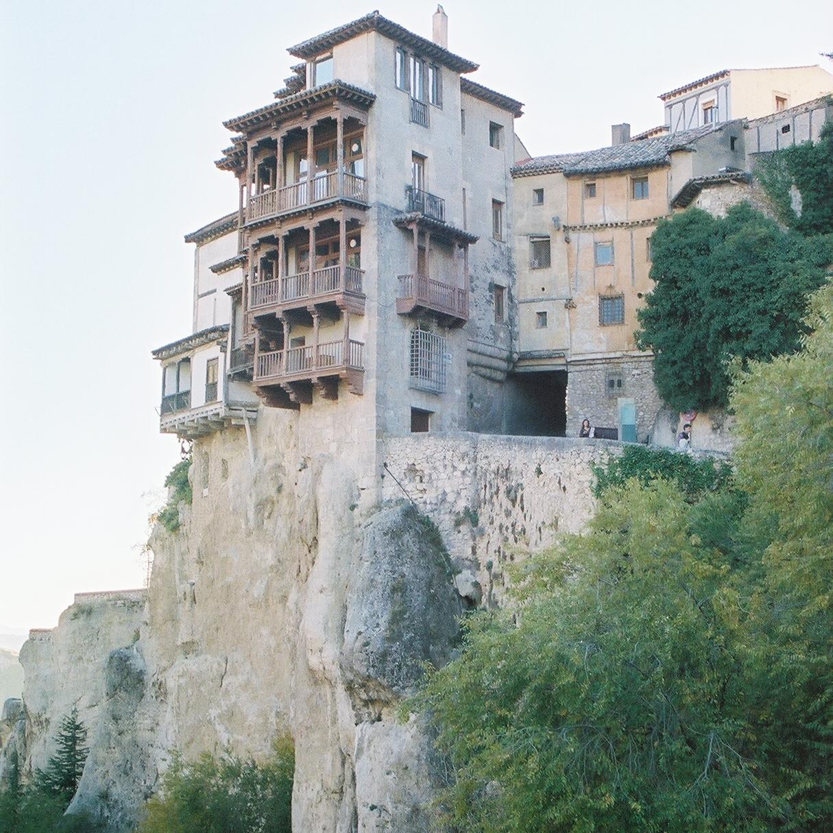 Las casas colgadas de Cuenca están justo al borde del risco. Foto: Pamy Rojas