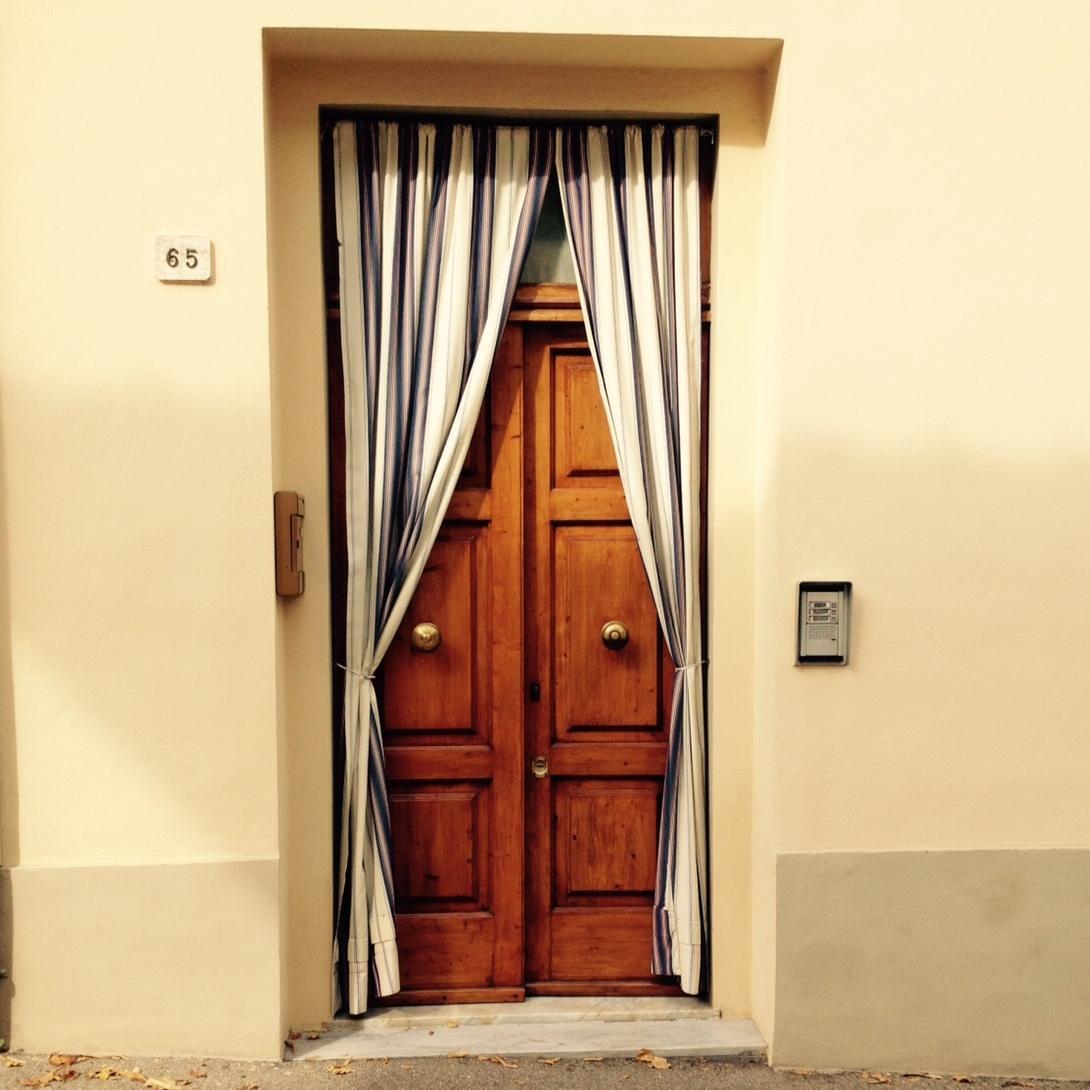 Durante el verano, las puertas de entrada se dejan abiertas para que entre la brisa y con la cortina se logra privacidad. Foto: Bruny Nieves
