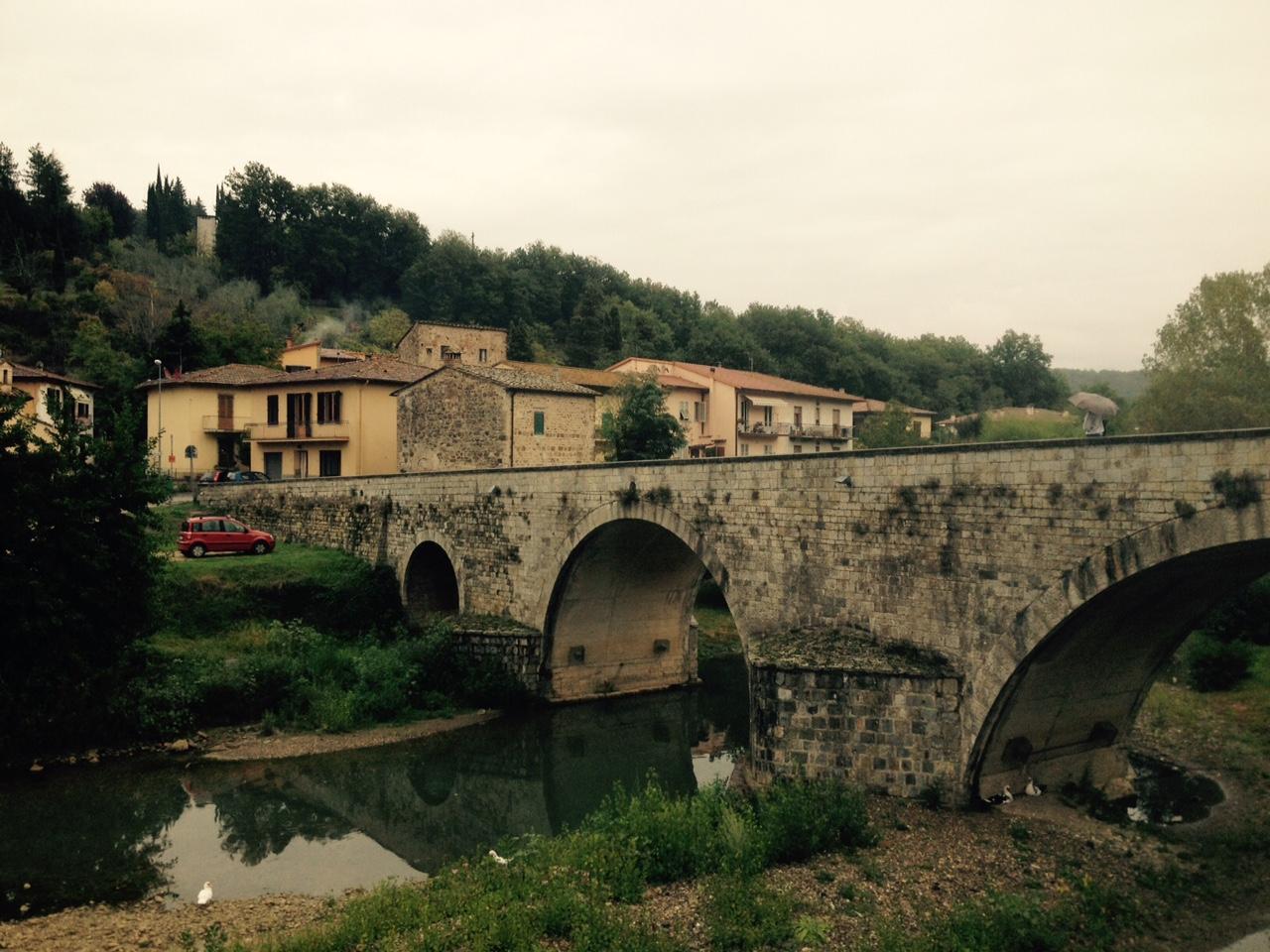 Vista de Ponte di Ramagliano, puente medieval romano que pasa sobre el río Pesa en el pueblo de Sambuca. Foto: Bruny Nieves