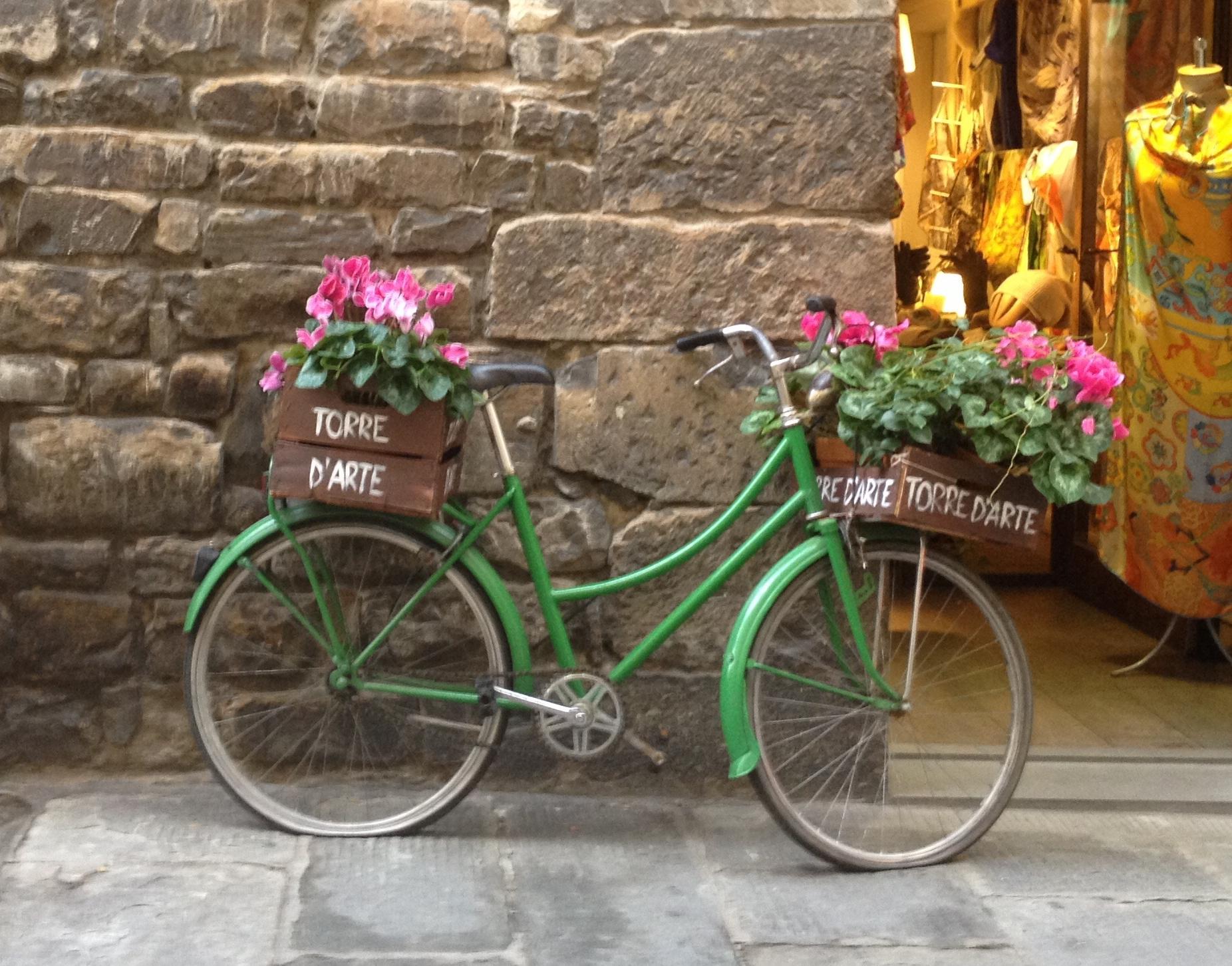 Este método de transporte está tan identificado con la ciudad de Florencia que lo usan como diseño en camisetas, como decoración, como visual en postales y muchos hoteles las ofrecen para uso de sus huéspedes. Foto: Bruny Nieves