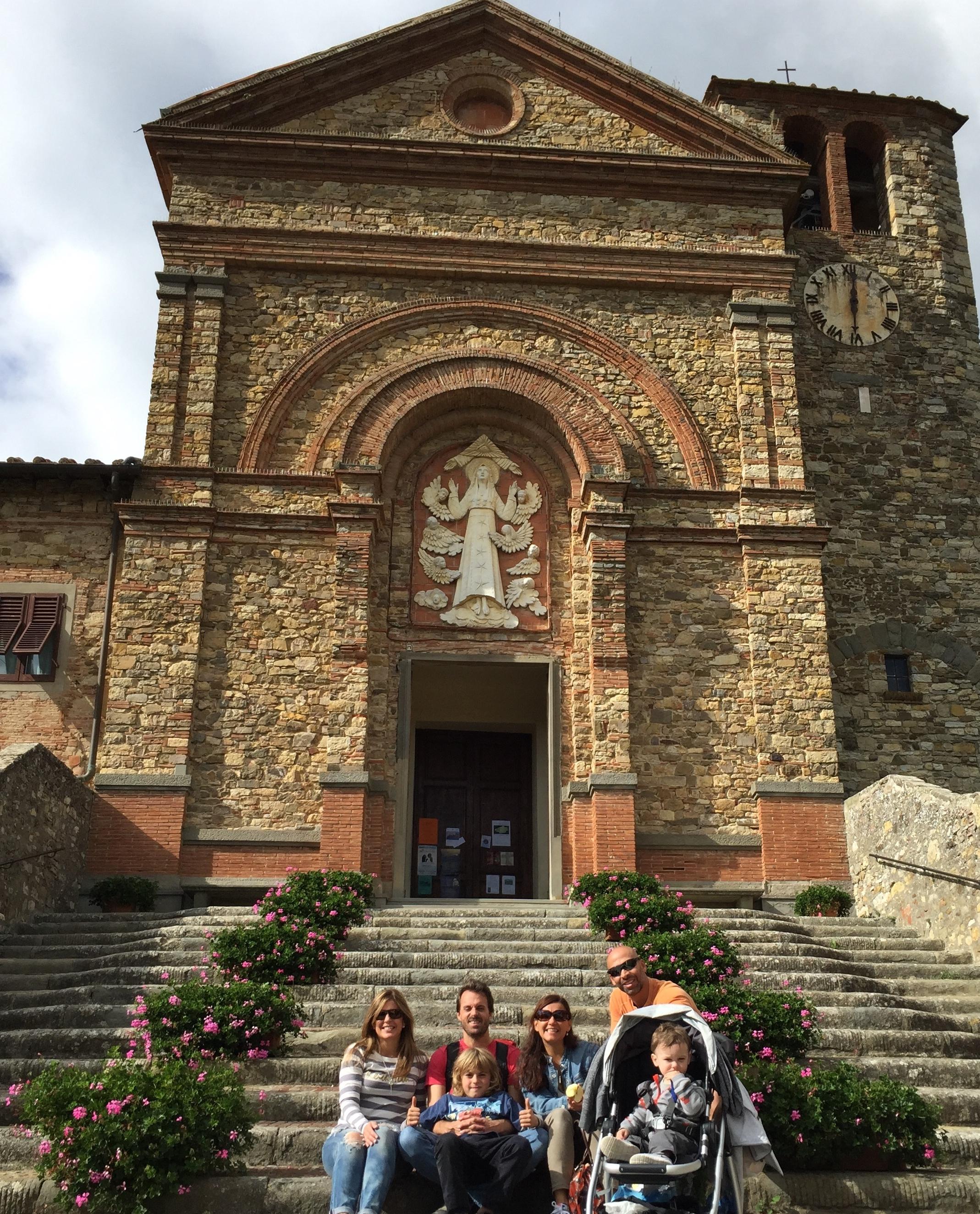 Frente a la iglesia Santa Maria Assunta en el pueblo de Panzano. Foto: Marco Dettling (con self-timer).