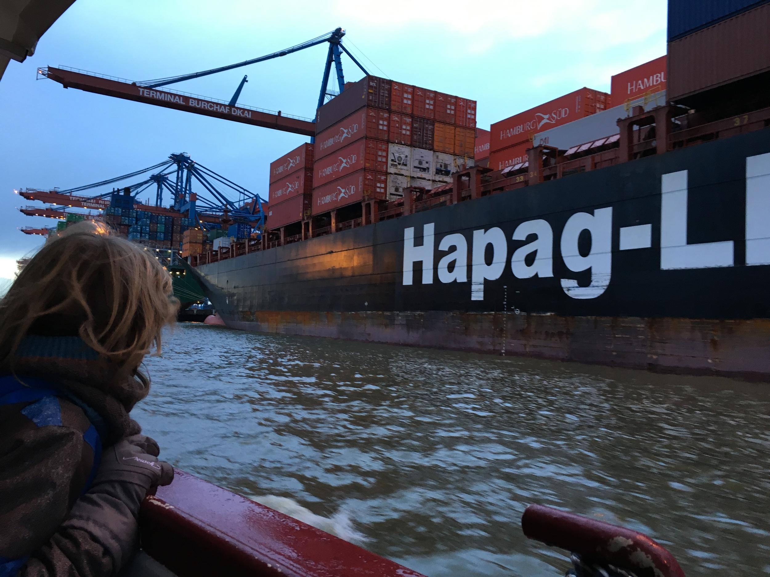 En el muelle pudimos apreciar los   colosales barcos mercantes; que pueden cargar y descargar hasta diecinueve mil contenedores. Foto: Bruny Nieves.
