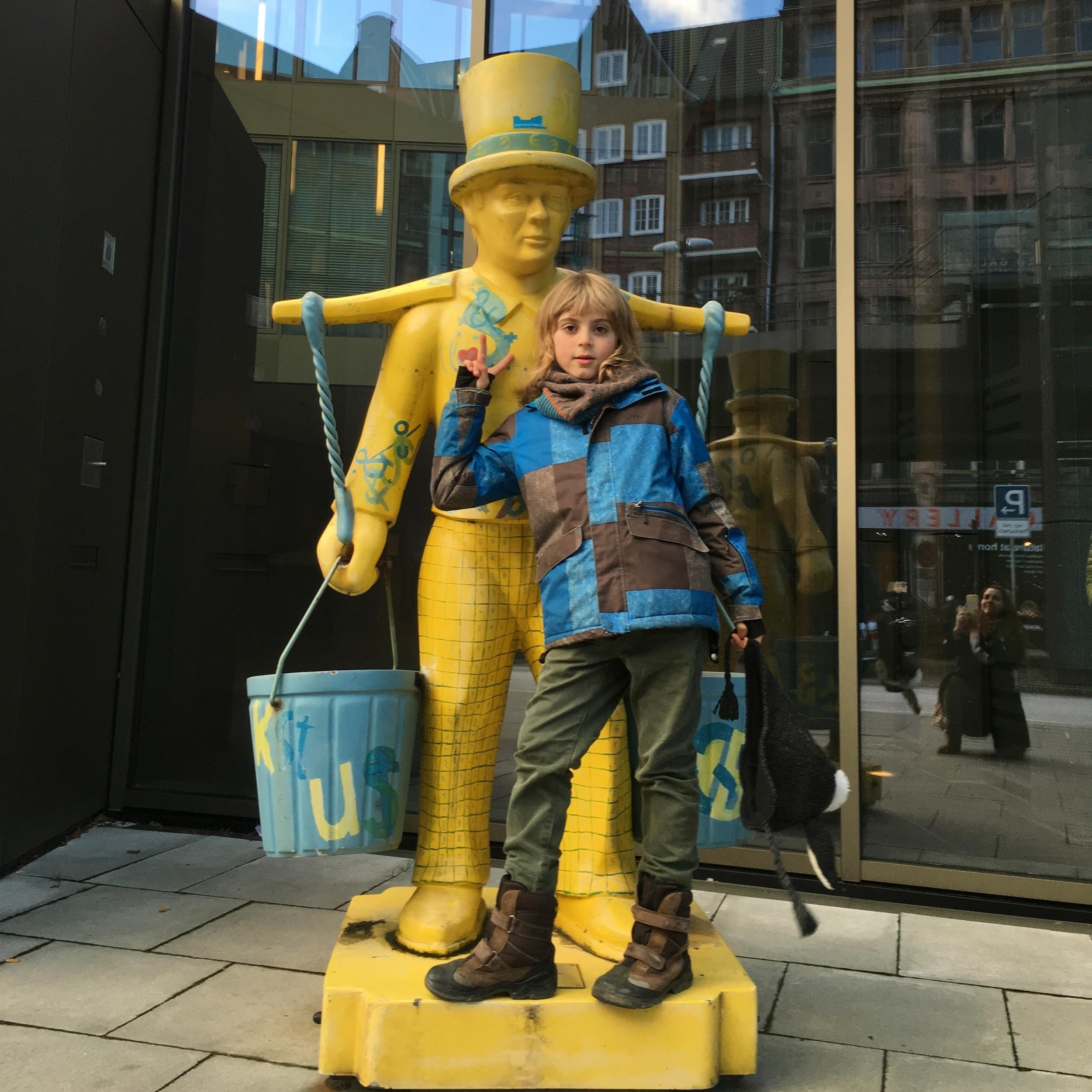 Estatua de uno de los cien Hans Hummel que formaron parte de una exhibición en el 2003. A mediados del siglo diecinueve, cuando no todas las casas tenían agua, Hans Hummel fue el último entregador de agua en la ciudad. Foto: Bruny Nieves