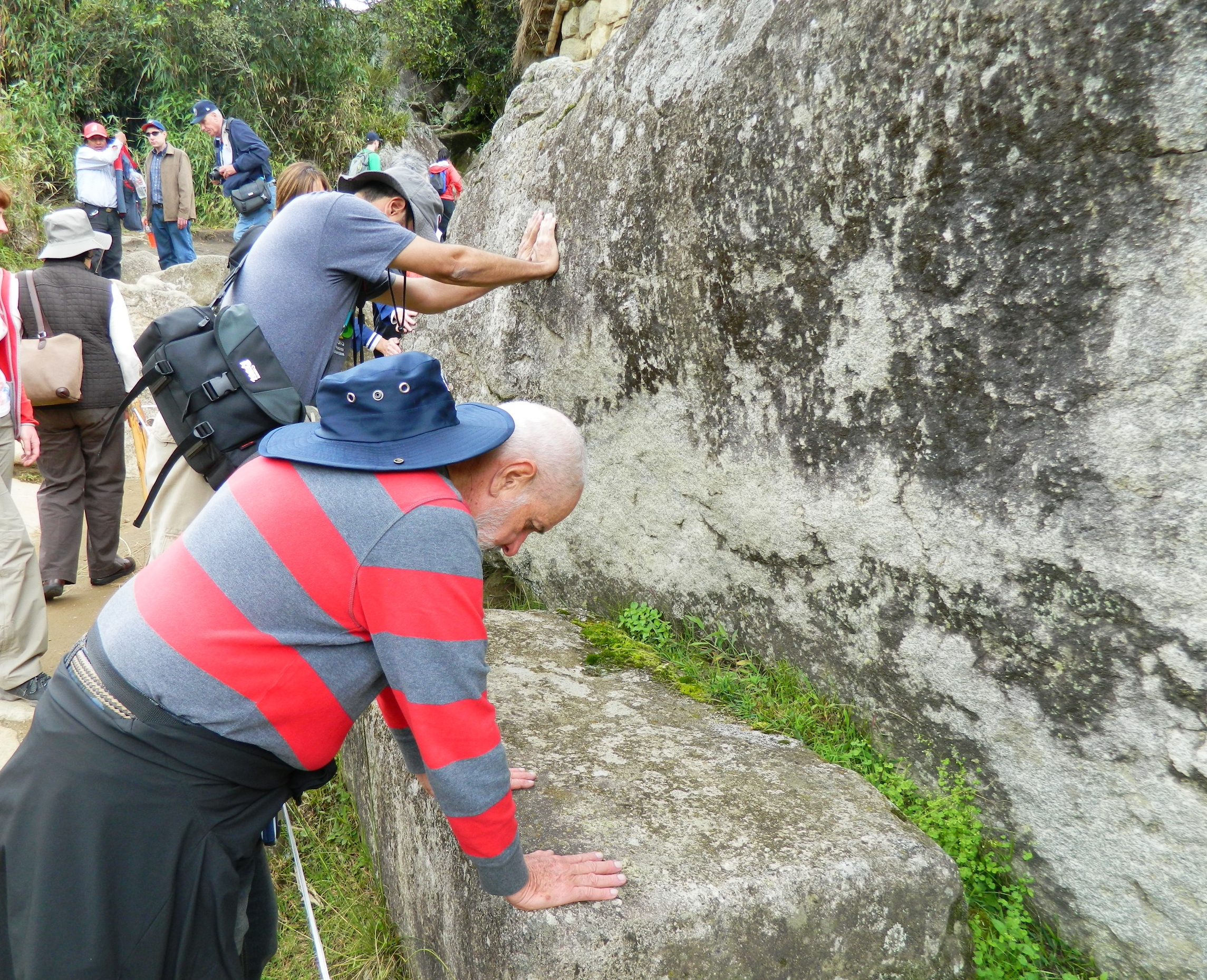 La roca sagrada tiene la misma forma que las montañas que se ven detrás de ella. Foto: Alejandro Rodz. Rojas