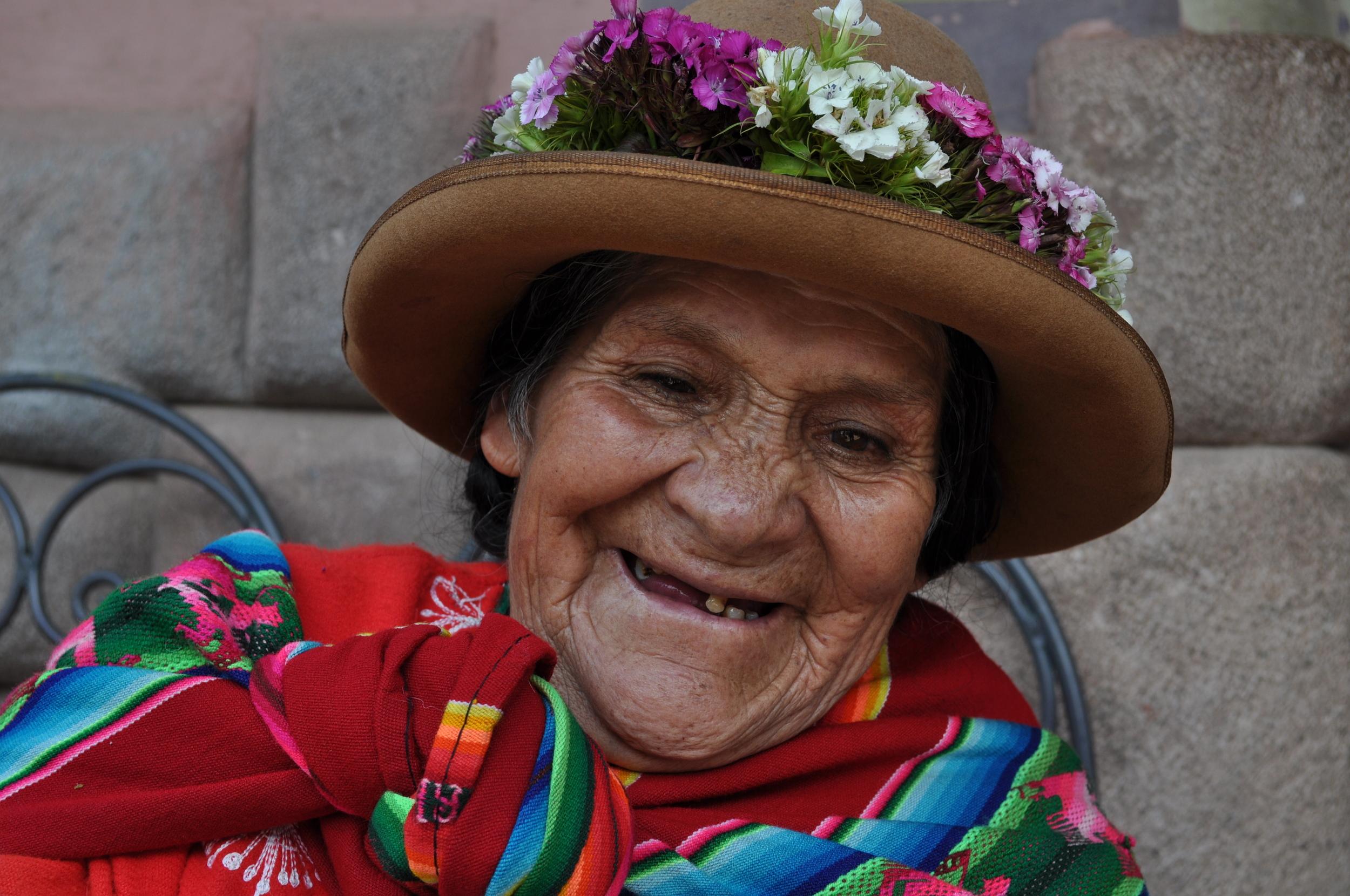 Por algunos soles esta hermosa anciana posó para nuestro lente. Foto: Pamy Rojas