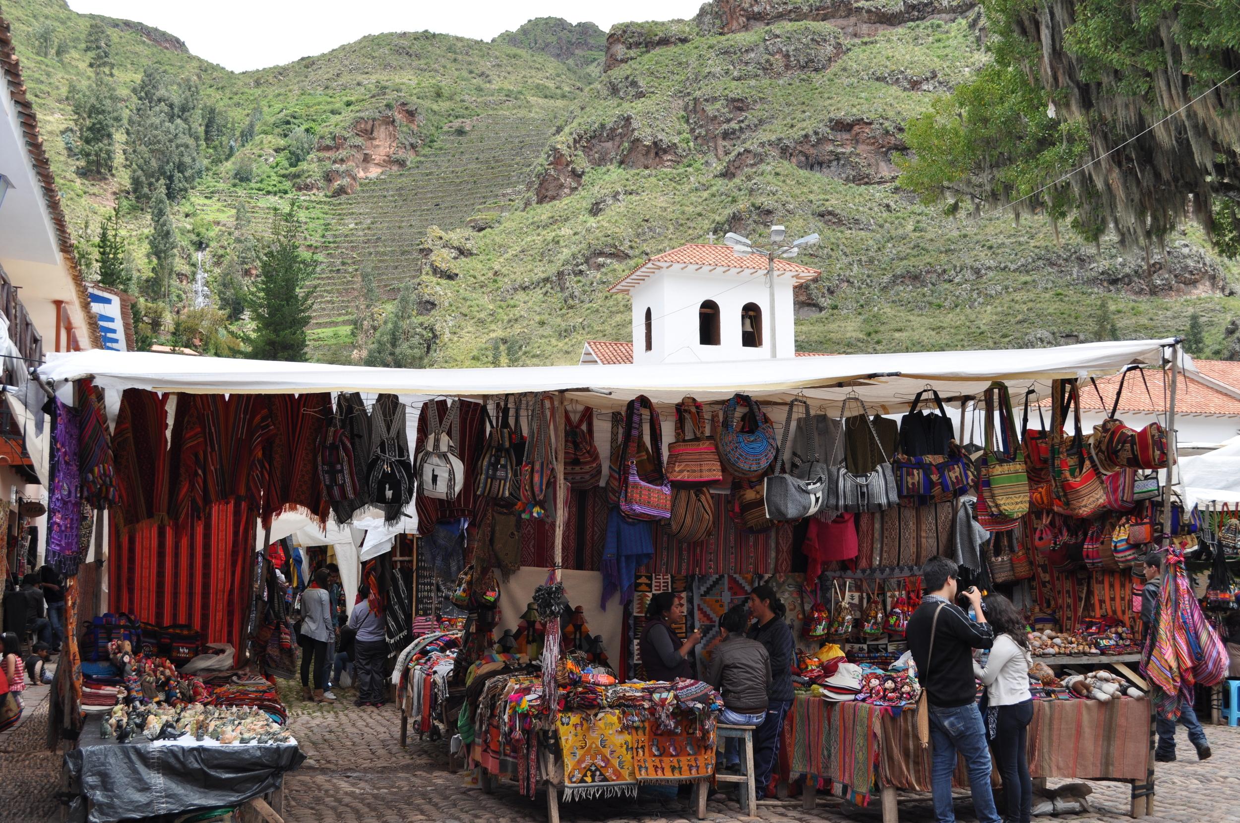 En el mercado de Pisac los colores brillantes resaltan en los textiles y en las artesanías. Foto: Pamy Rojas