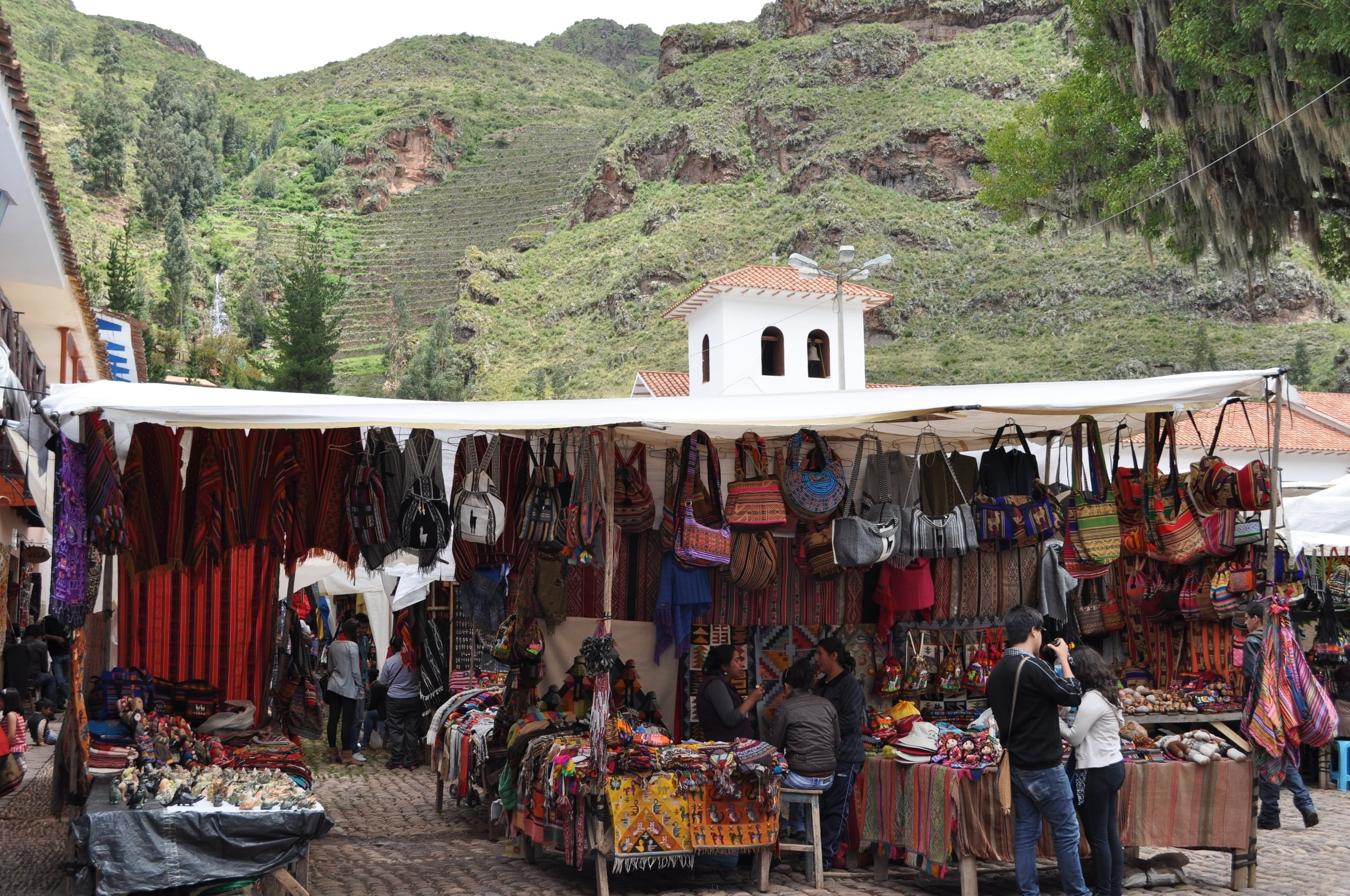 In the Pisac Market the bright colors stand out in the textiles and the crafts. Photo: Pamy Rojas
