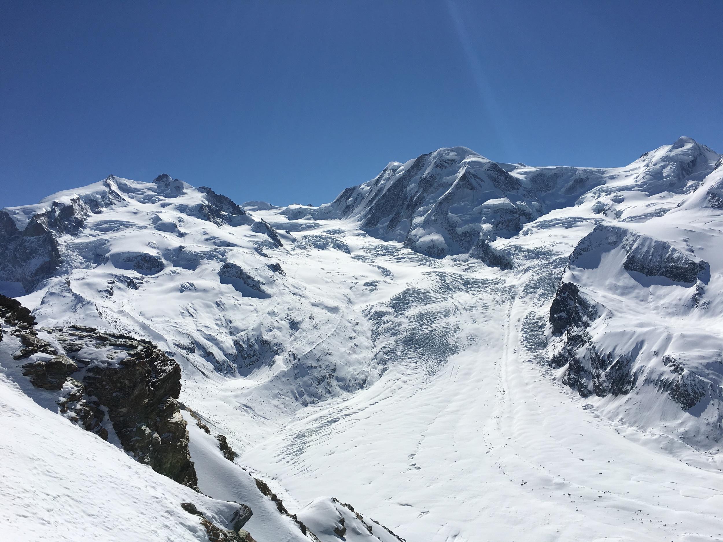 Gorner, el segundo glaciar más grande en los Alpes, visto desde la plataforma Gornergrat; se llega en un tren de cremallera que requiere una subida vertical de más de mil cuatrocientos metros. Foto: Marco Dettling
